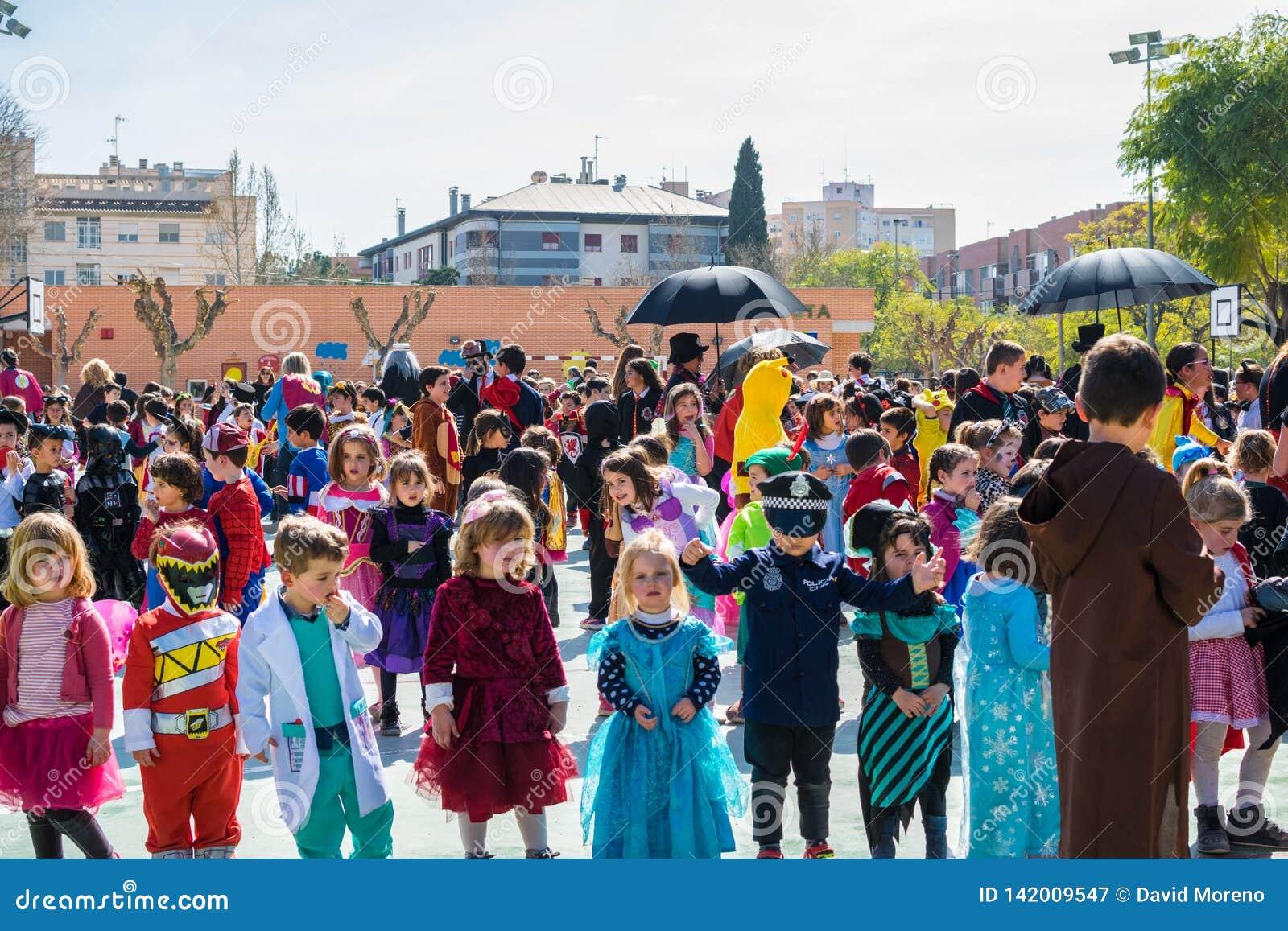 Szkół podstawowych dzieci przebierający przy Murcia, świętuje karnawału przyjęcia tana w 2019