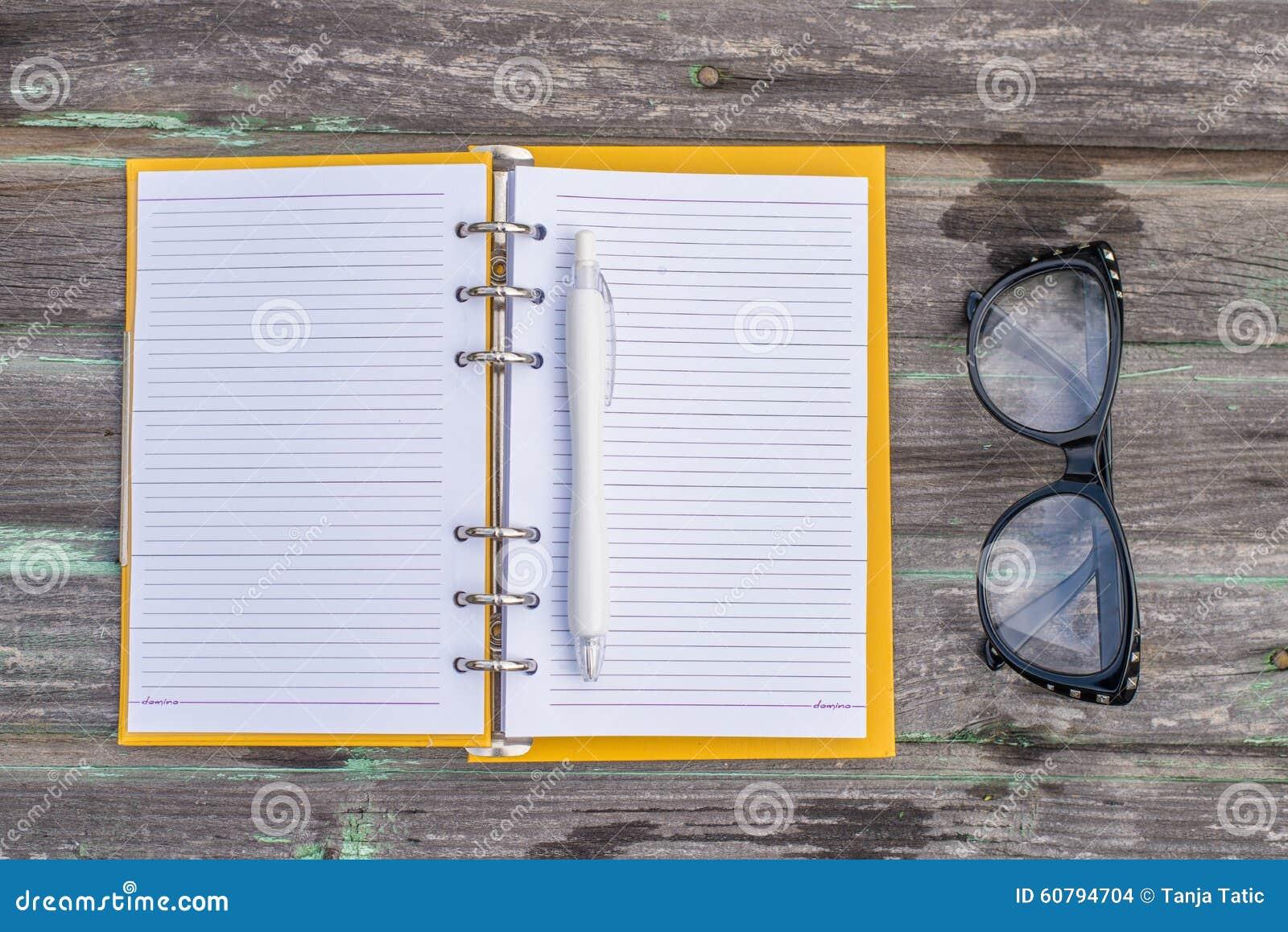 Szkła i nutowa książka