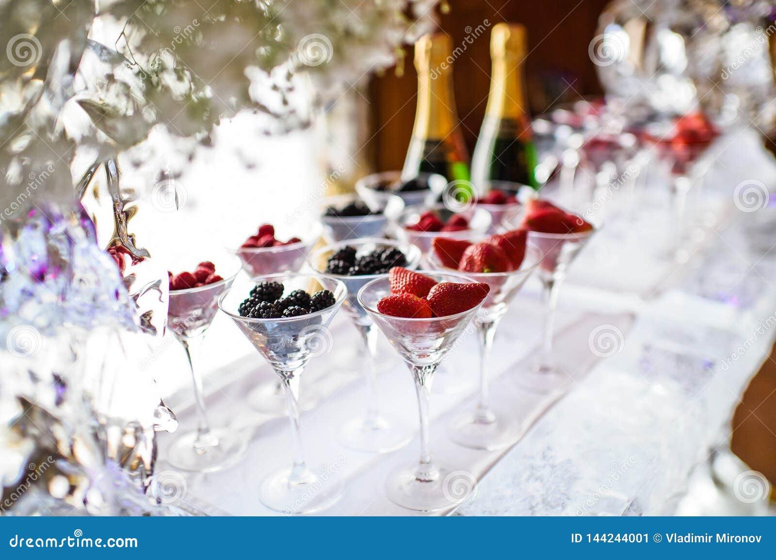 Szkła malinki, truskawki, czernicy na zamrażają baru Galowy gość restauracji przy restauracją