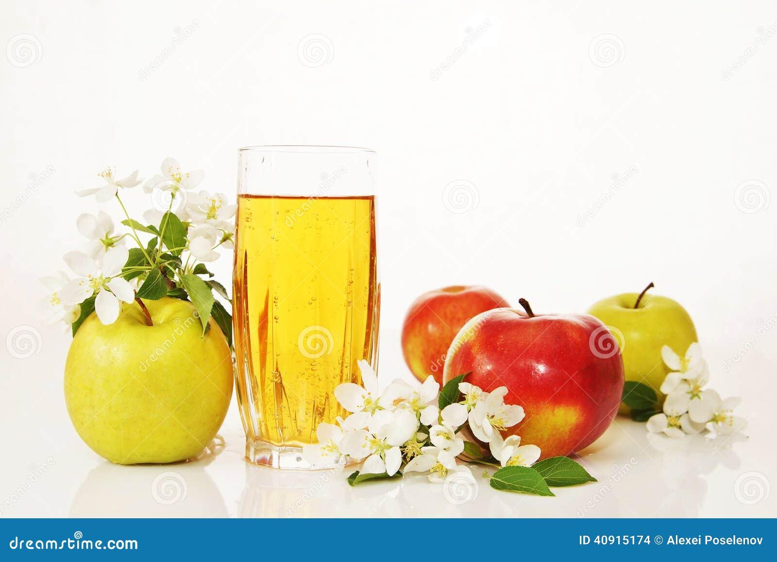 Szkło świeży jabłczany sok i dojrzali jabłka