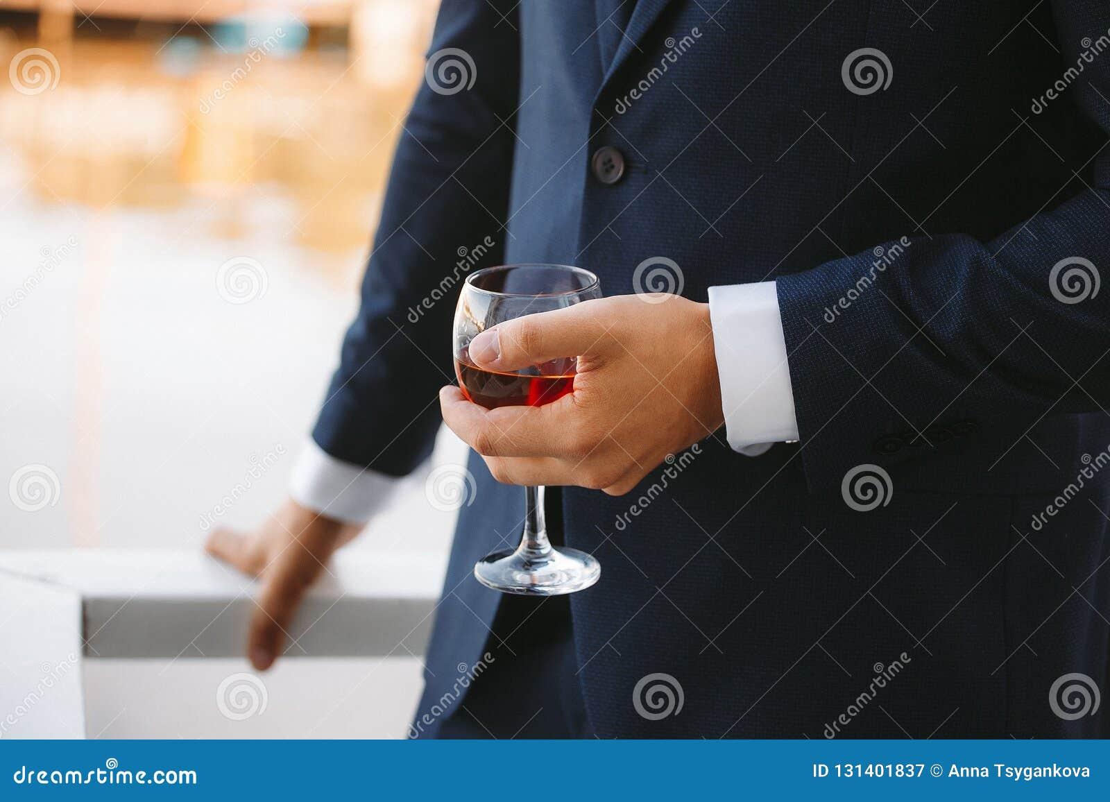Szkło brandy w rękach fornal