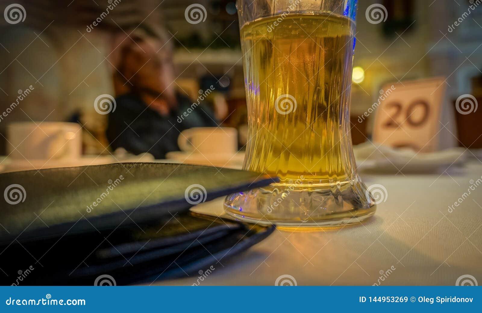 Szkło ciecz na w górę stołu