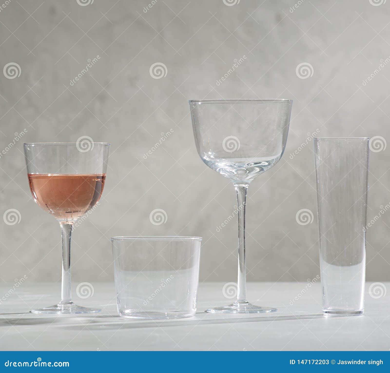Szkło czerwone wino, cztery pustego wina szkła, A szkło czerwone wino i cztery pustego wina szkła,