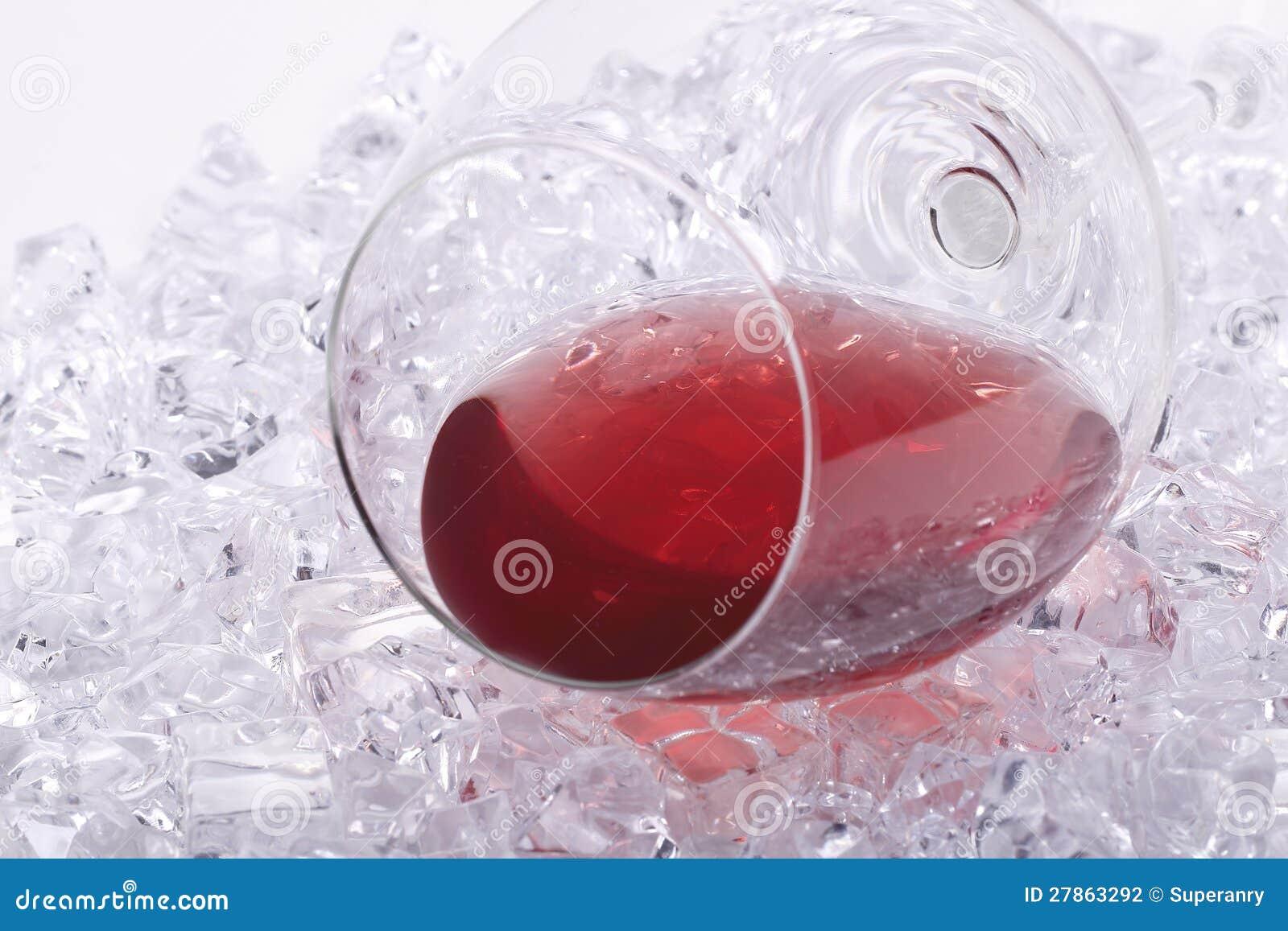 Szkło czerwone wino na kostka lodu