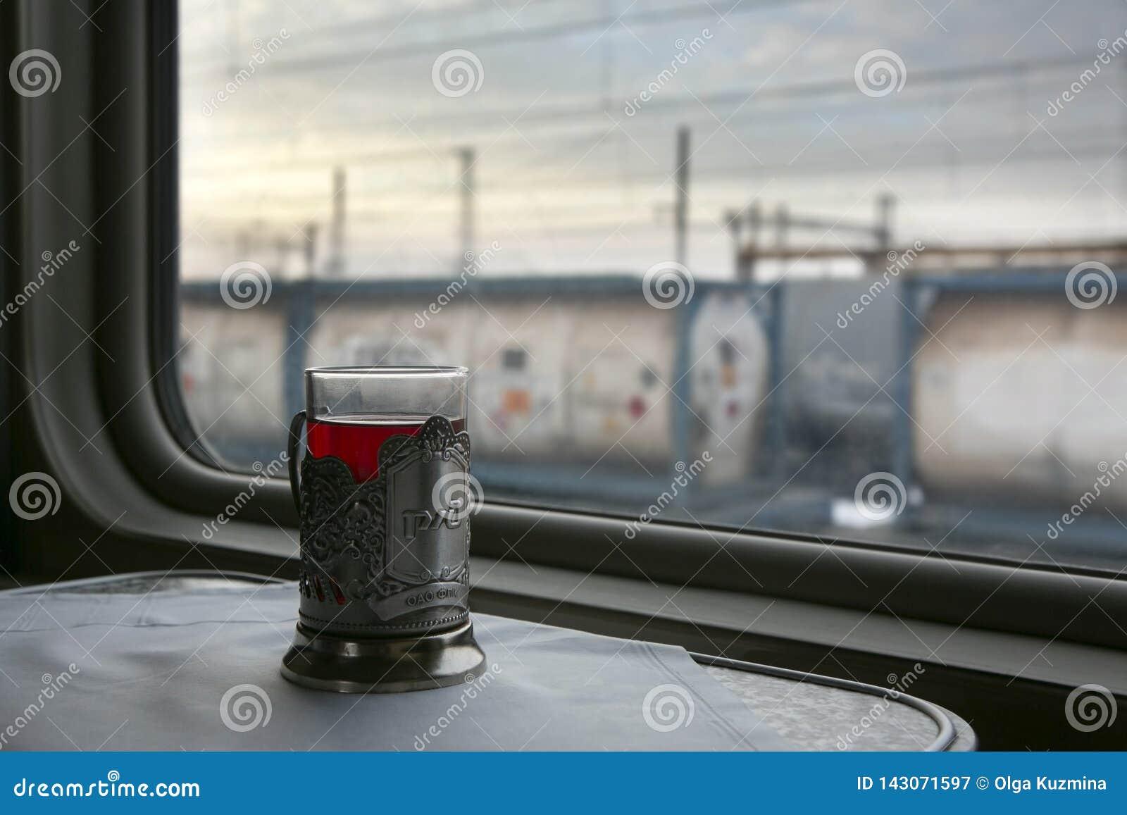 Szkło herbata na stole w taborowym przedziale Na zewnątrz nadokiennych pociągów