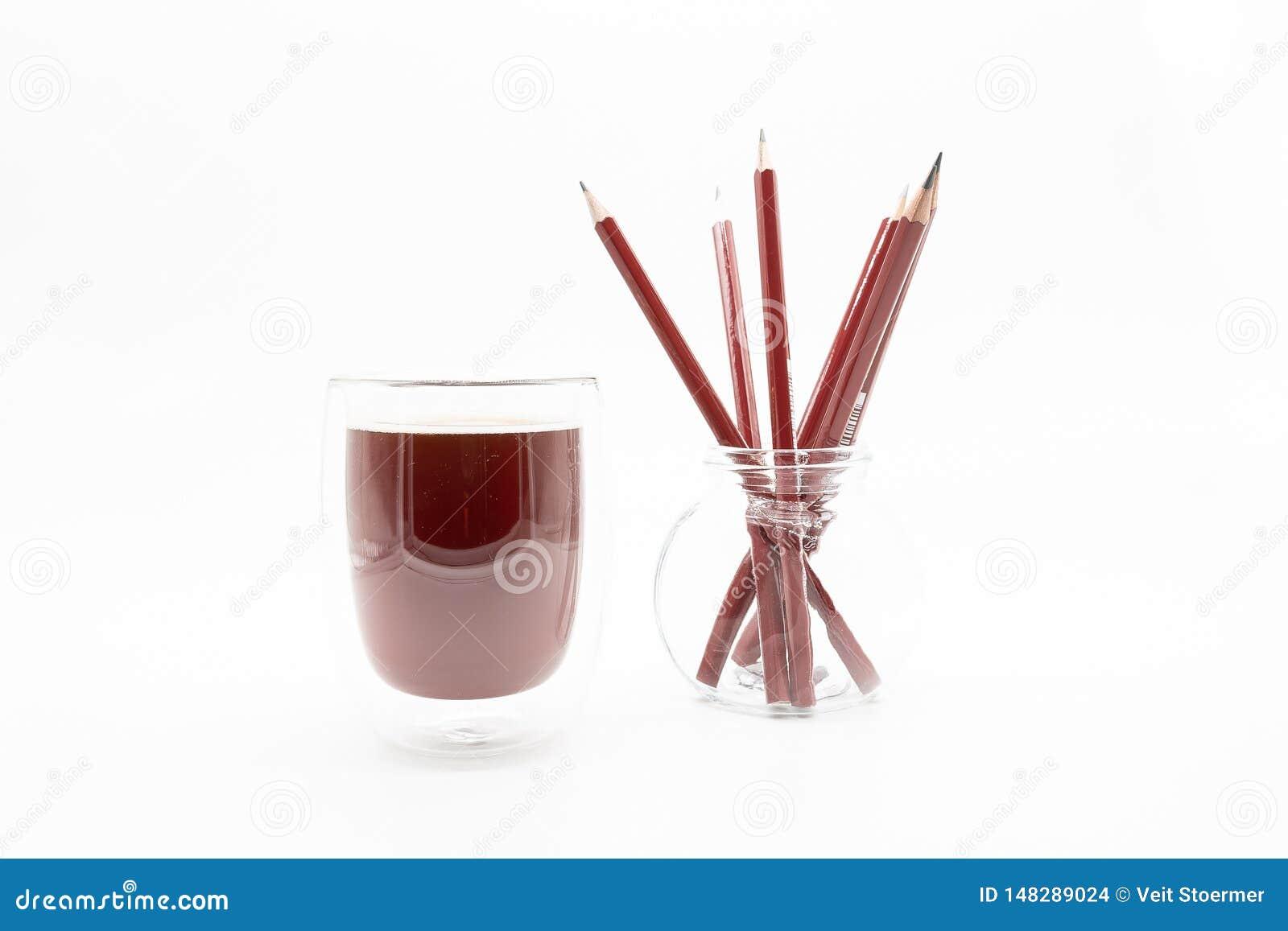 Szkło kawa i ołówki, na białym tle