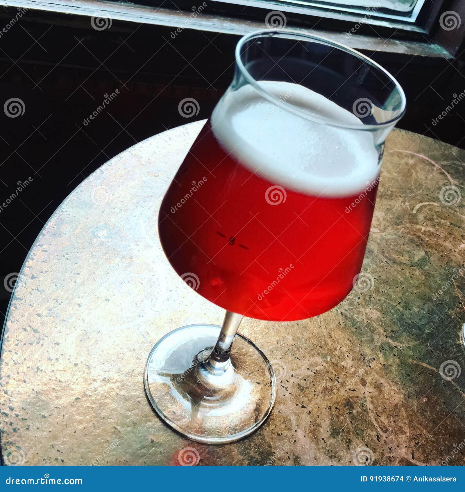 Szkło sezonowy czereśniowy piwo na prętowym stole