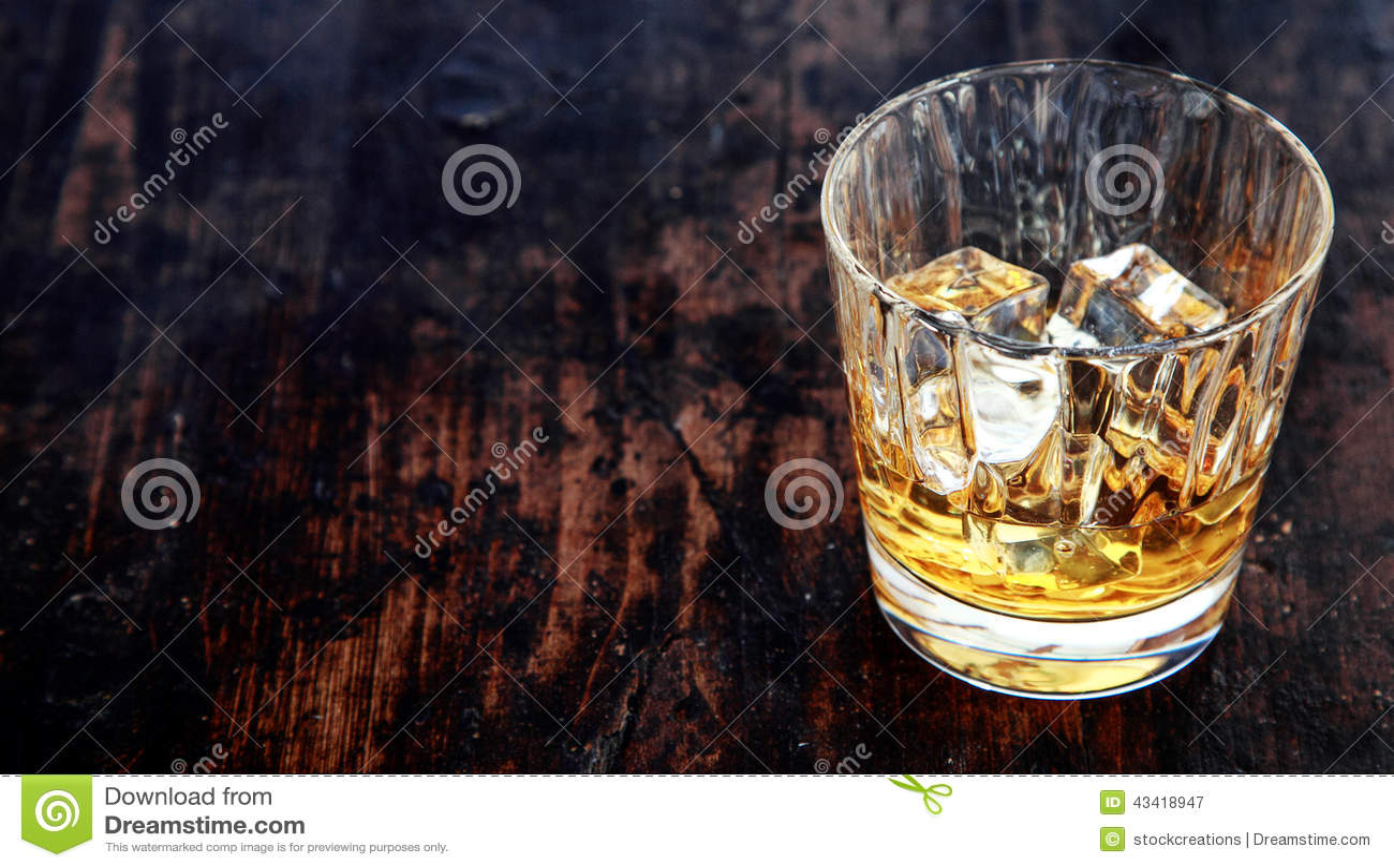 Szkło whisky, bourbon lub scotch, z lodem
