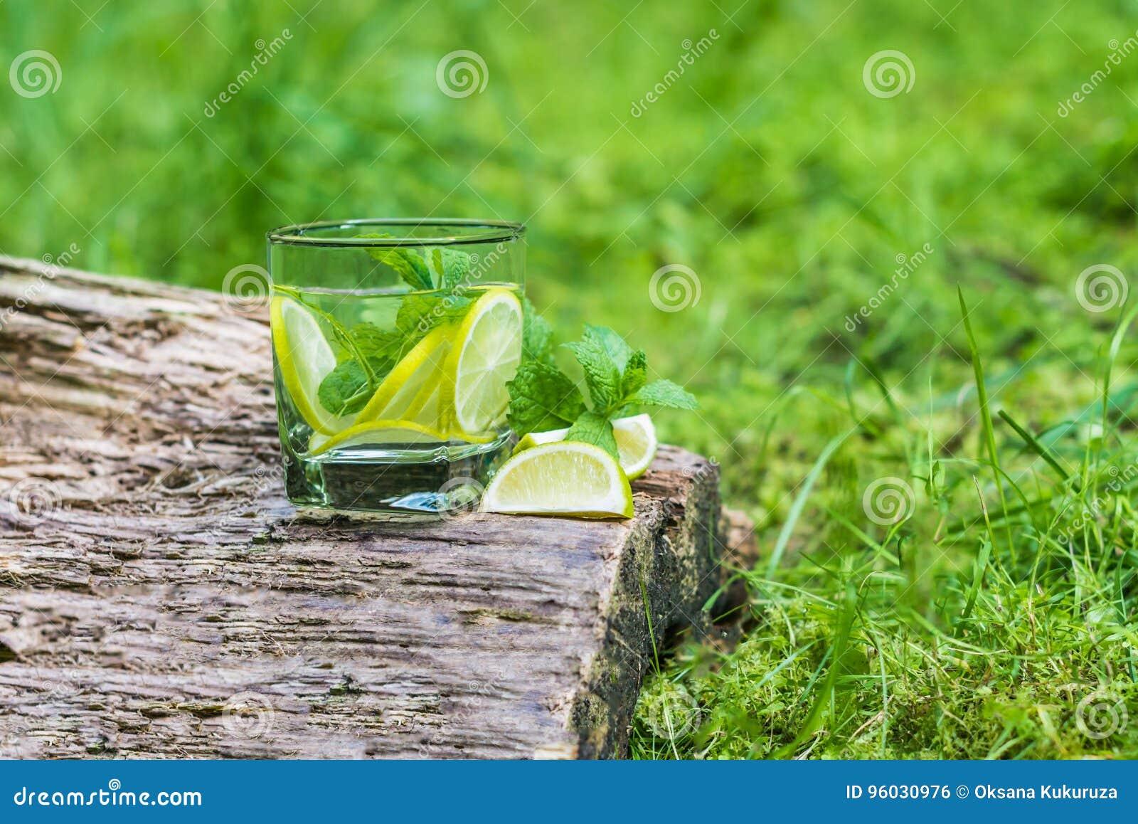 Szkło woda z mennicą i wapnem