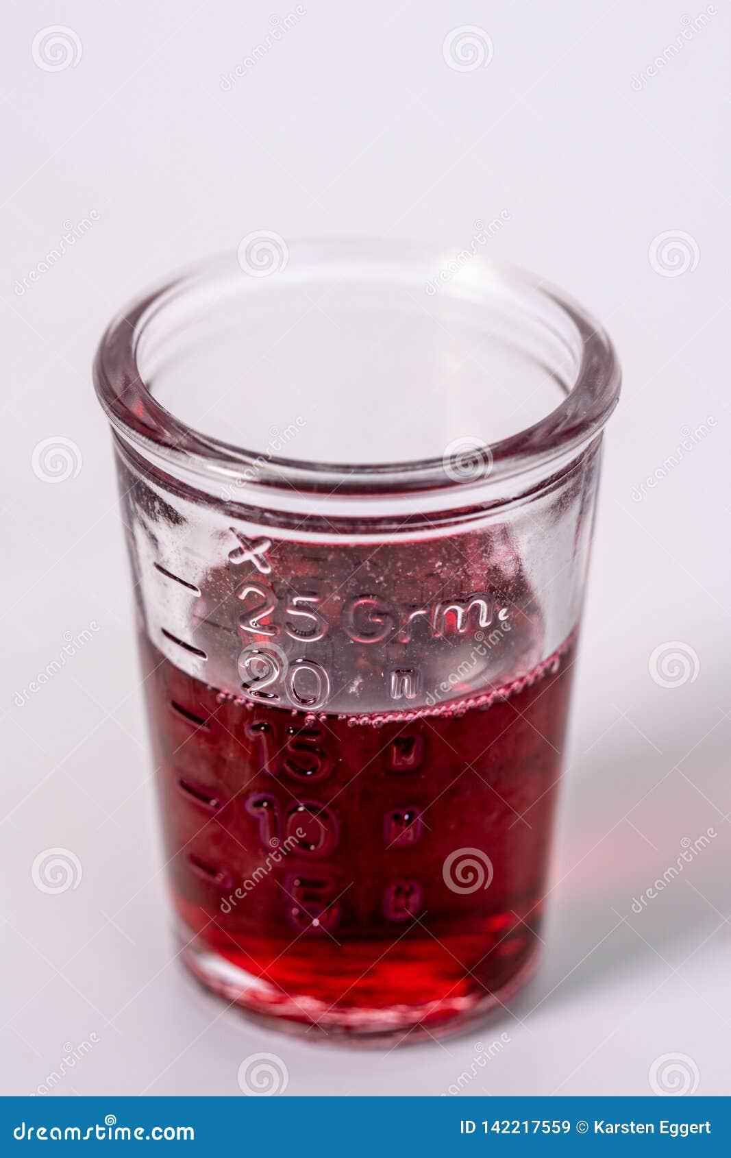 Szkło wypełniający z czerwoną medycyną
