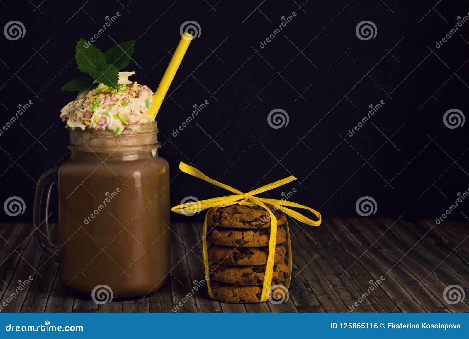 Szkło z kakao i batożącymi ciastkami śmietanki i sterty