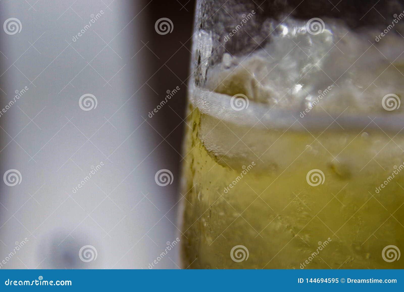 Szkło zimny piwo z zgęszczoną wodą