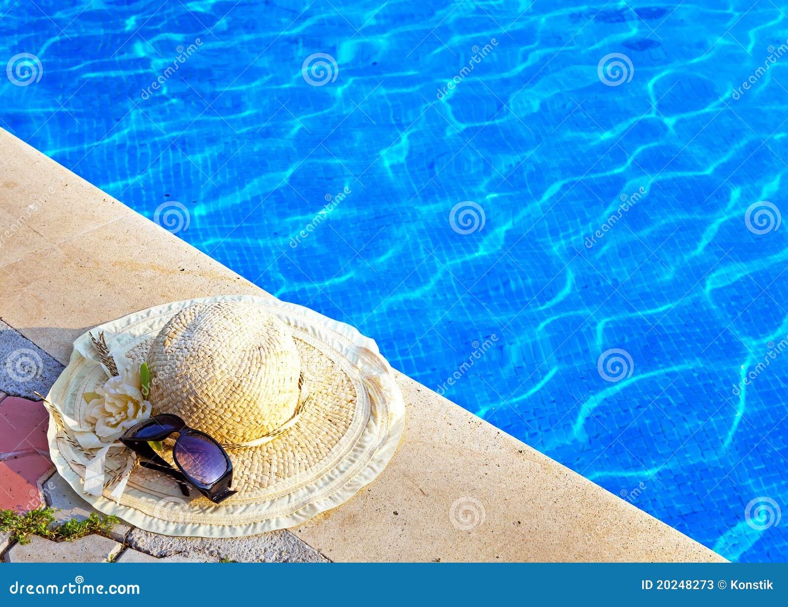 Szkieł kapeluszowego kłamstwa pobliski basenu słomiany słońce
