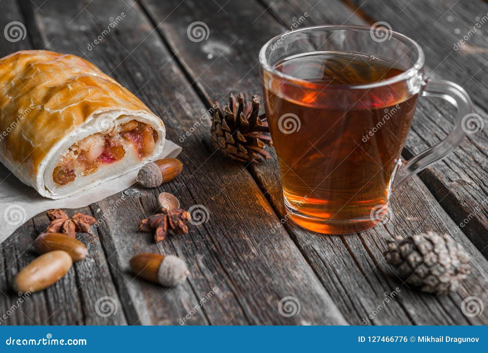 Szklana filiżanka herbata, Jabłczany strudel i acorns,