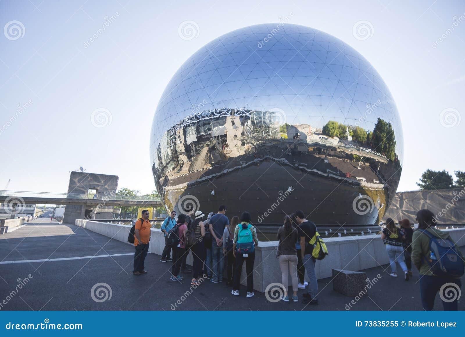 Szklana sfera na parku