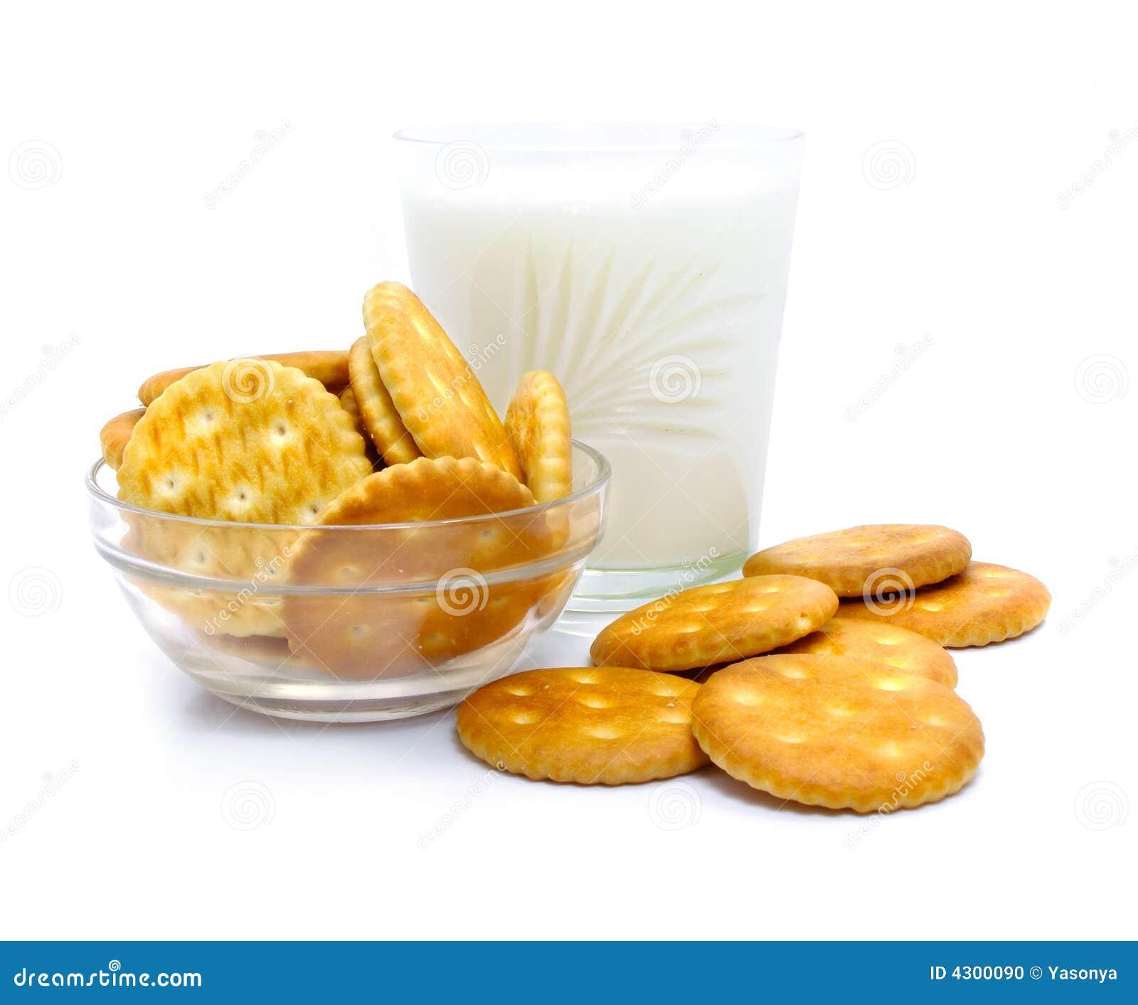 Szklanki mleka krakersa soli