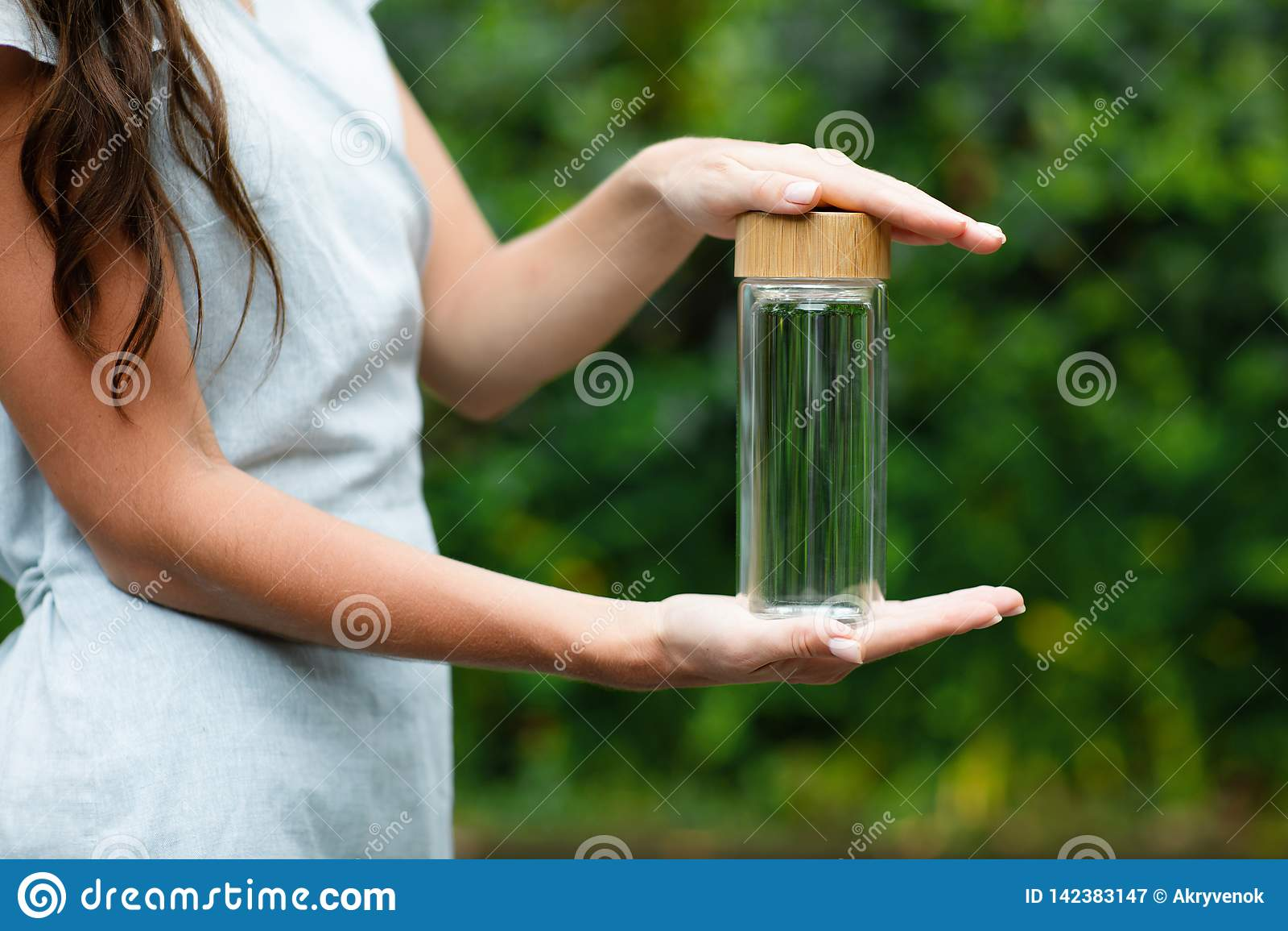 Szklany bootle w kobiet rękach