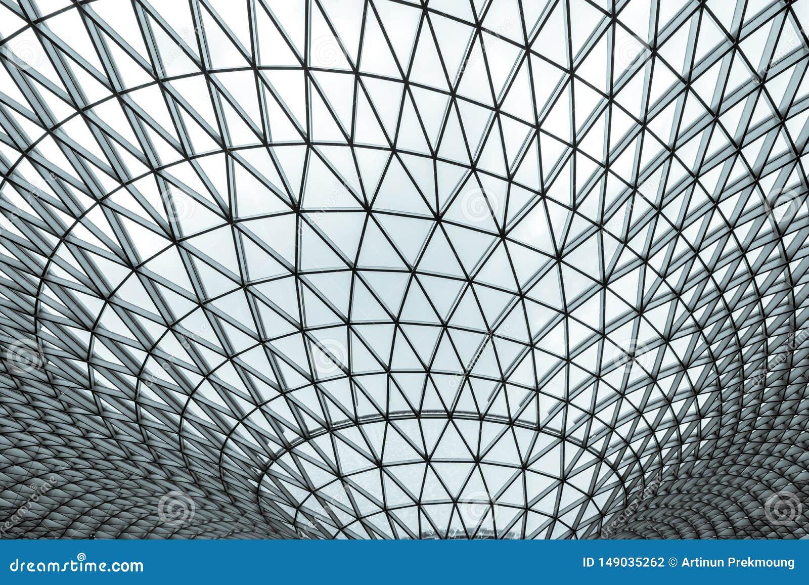 Szklany i stalowy budynek z trójboka wzoru strukturą architektura futurystyczna Futuryzmu architektoniczny styl bia?y