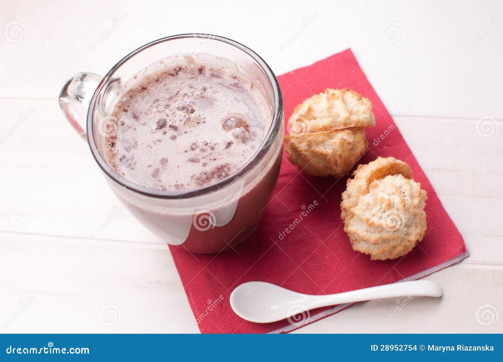 Szklany kubek z gorącą czekoladą i ciastkami