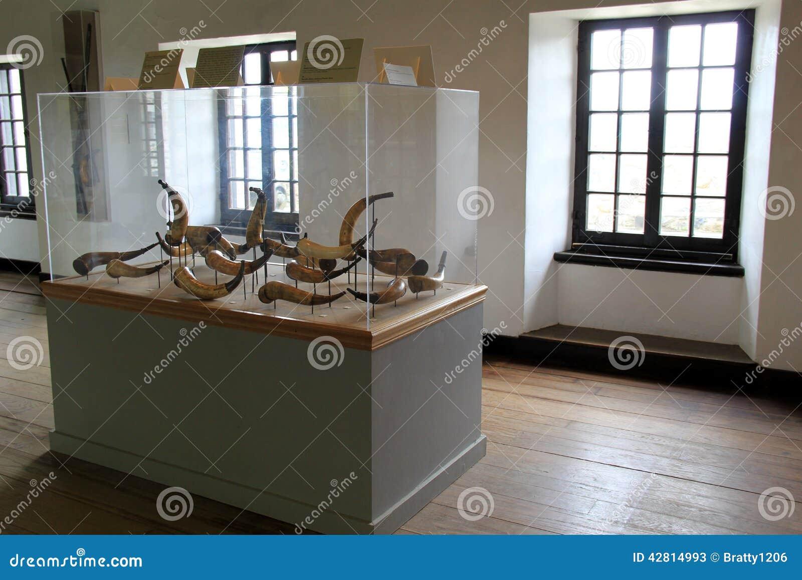 Szklany obramowany pokaz historyczni prochowi rogi, fort Ticonderoga, Nowy Jork, 2014