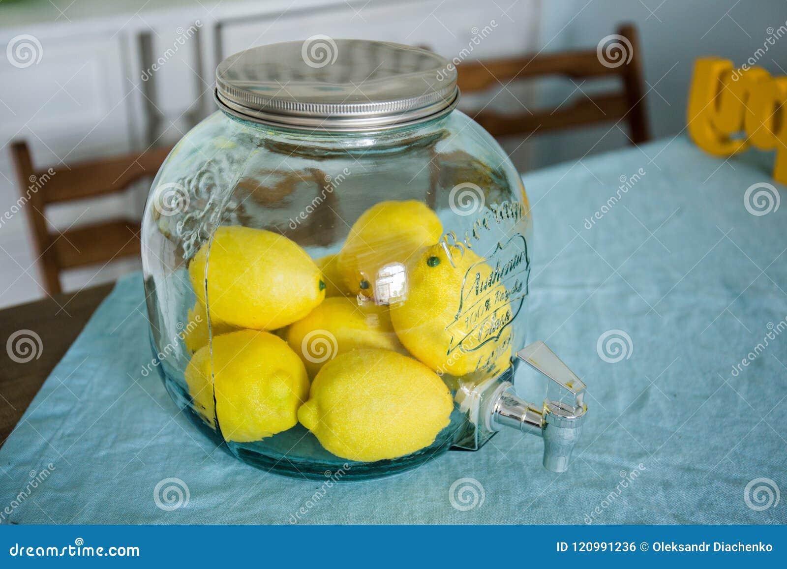 Szklany słój z cytrynami jest na stole