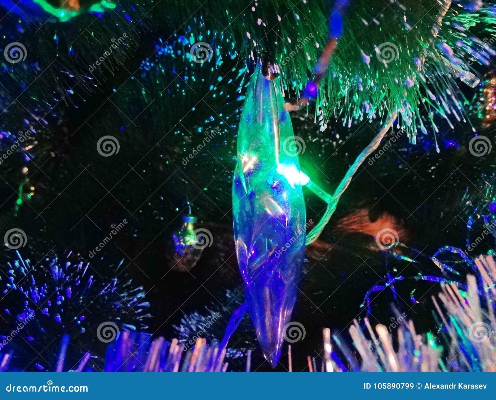Szklany sopel iluminuje z lekkimi girlandami