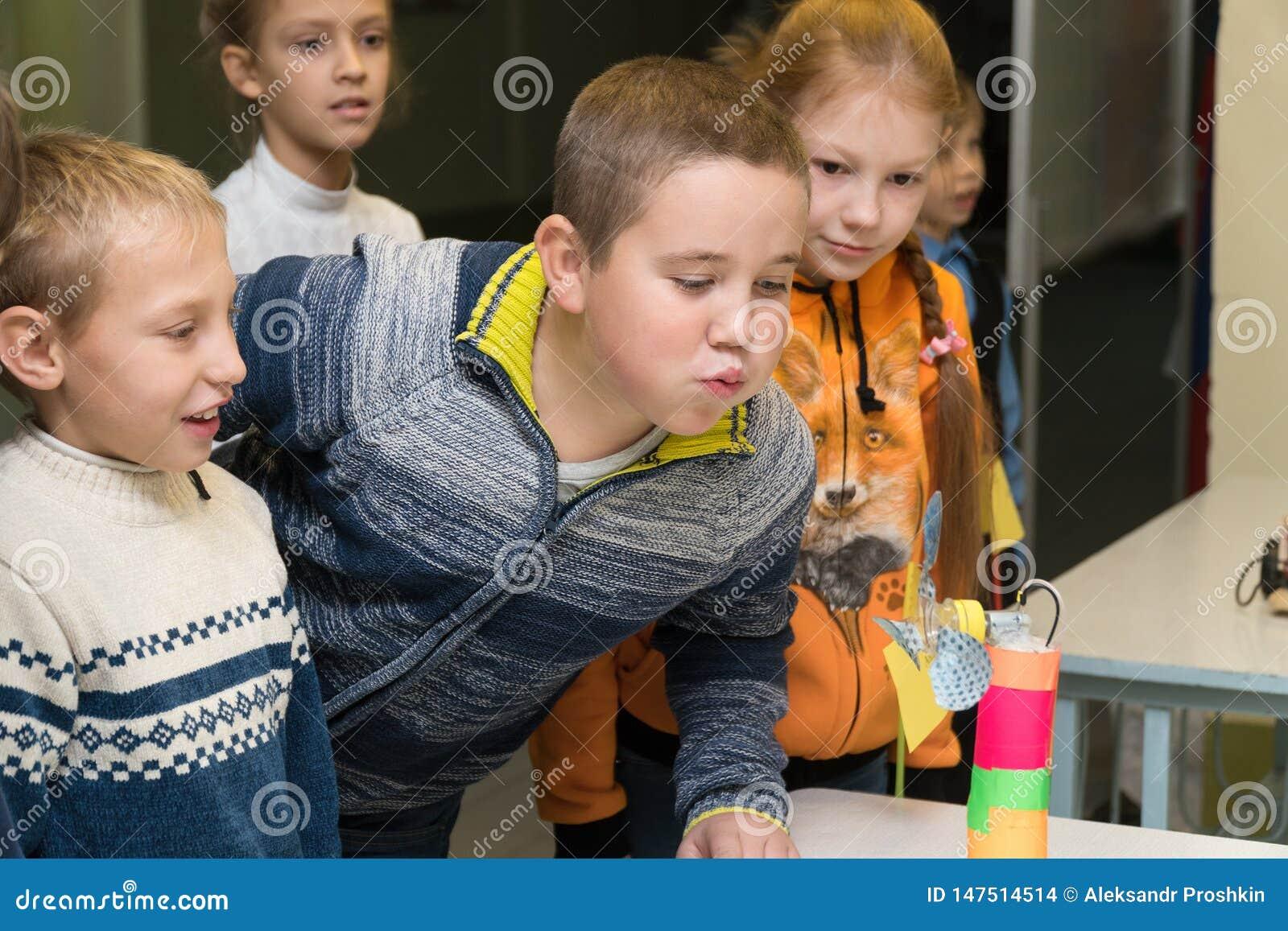 Szkoła podstawowa uczni cios na domowej roboty fan