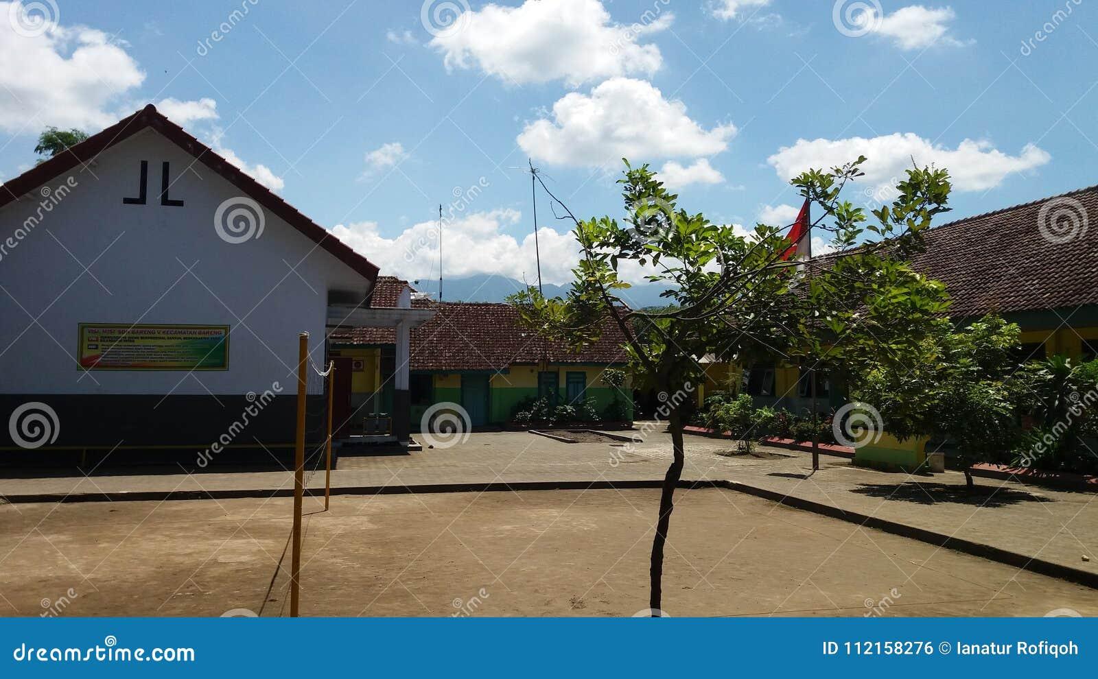 Szkoła w słonecznym dniu