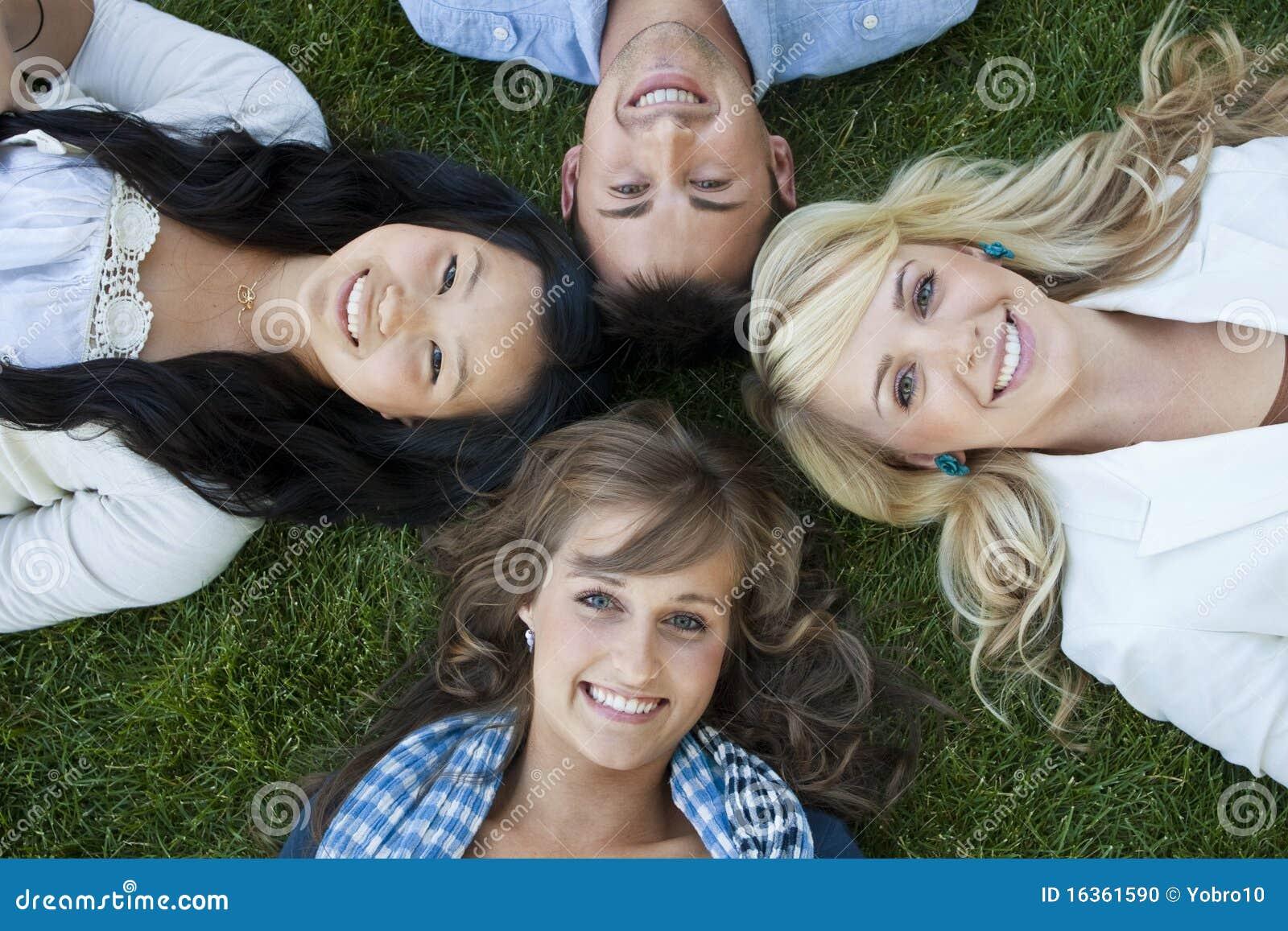 Szkoła wyższa ucznie szczęśliwi uśmiechnięci