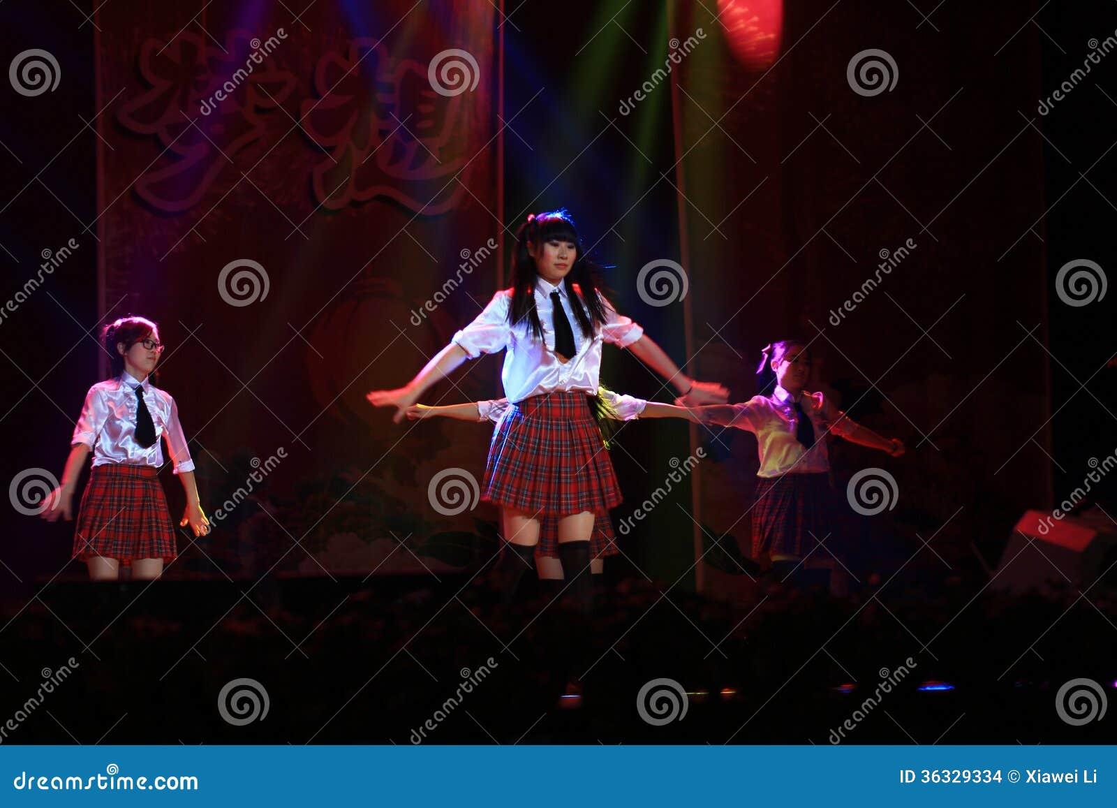 Szkoły średniej sceny muzykalny przedstawienie w nowego roku przedstawieniu