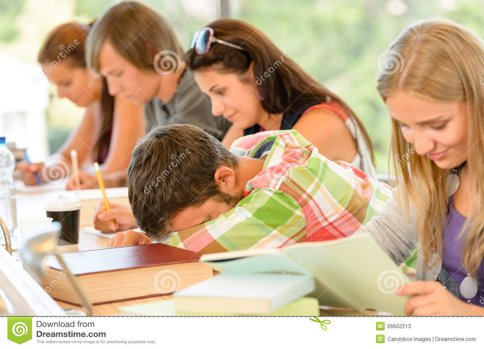 Szkoły średniej ucznia spadać uśpiony w klasowych wiek dojrzewania