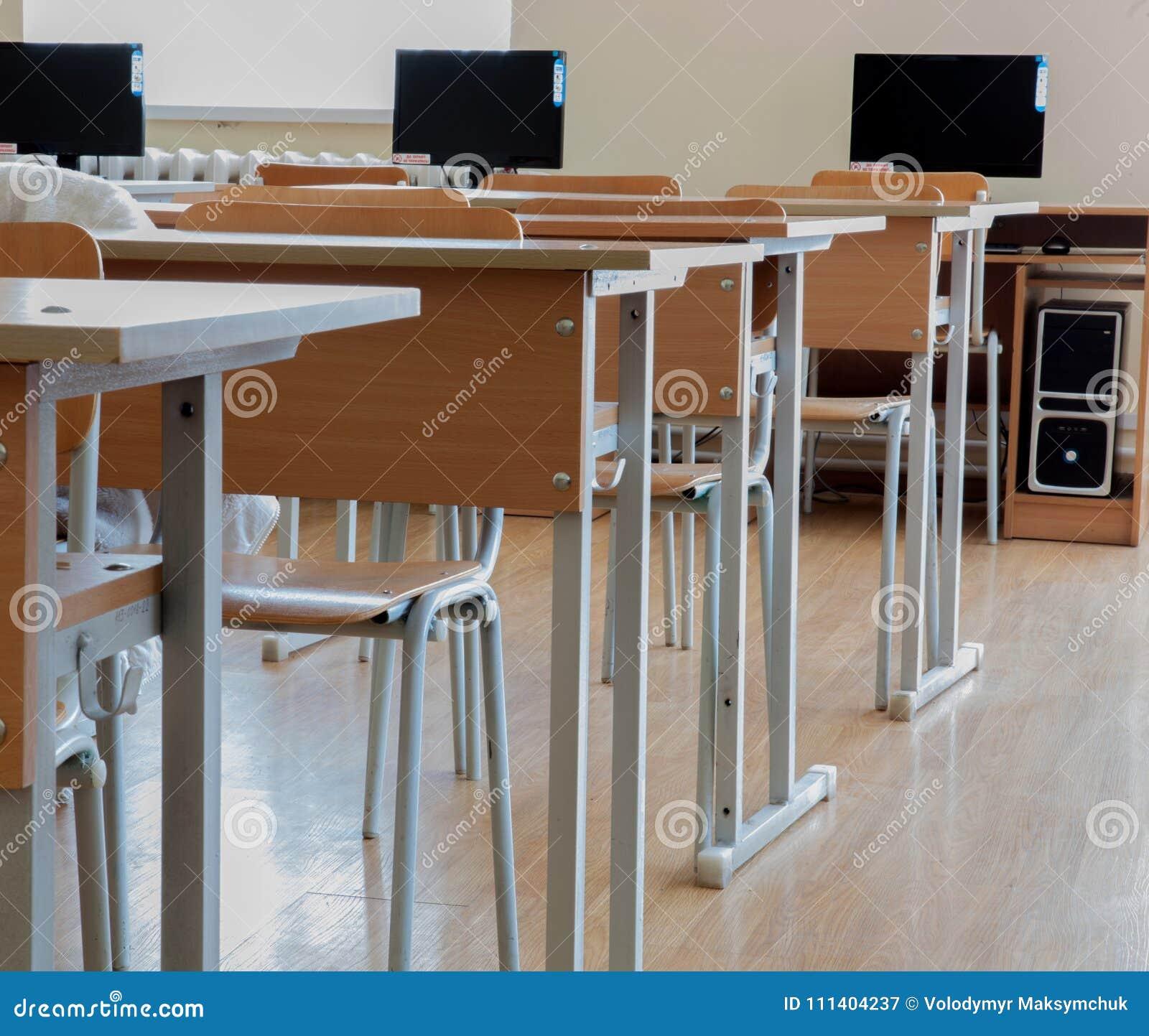 Szkoły podstawowej sala lekcyjna w Ukraina, szkolni biurka w komputer klasie