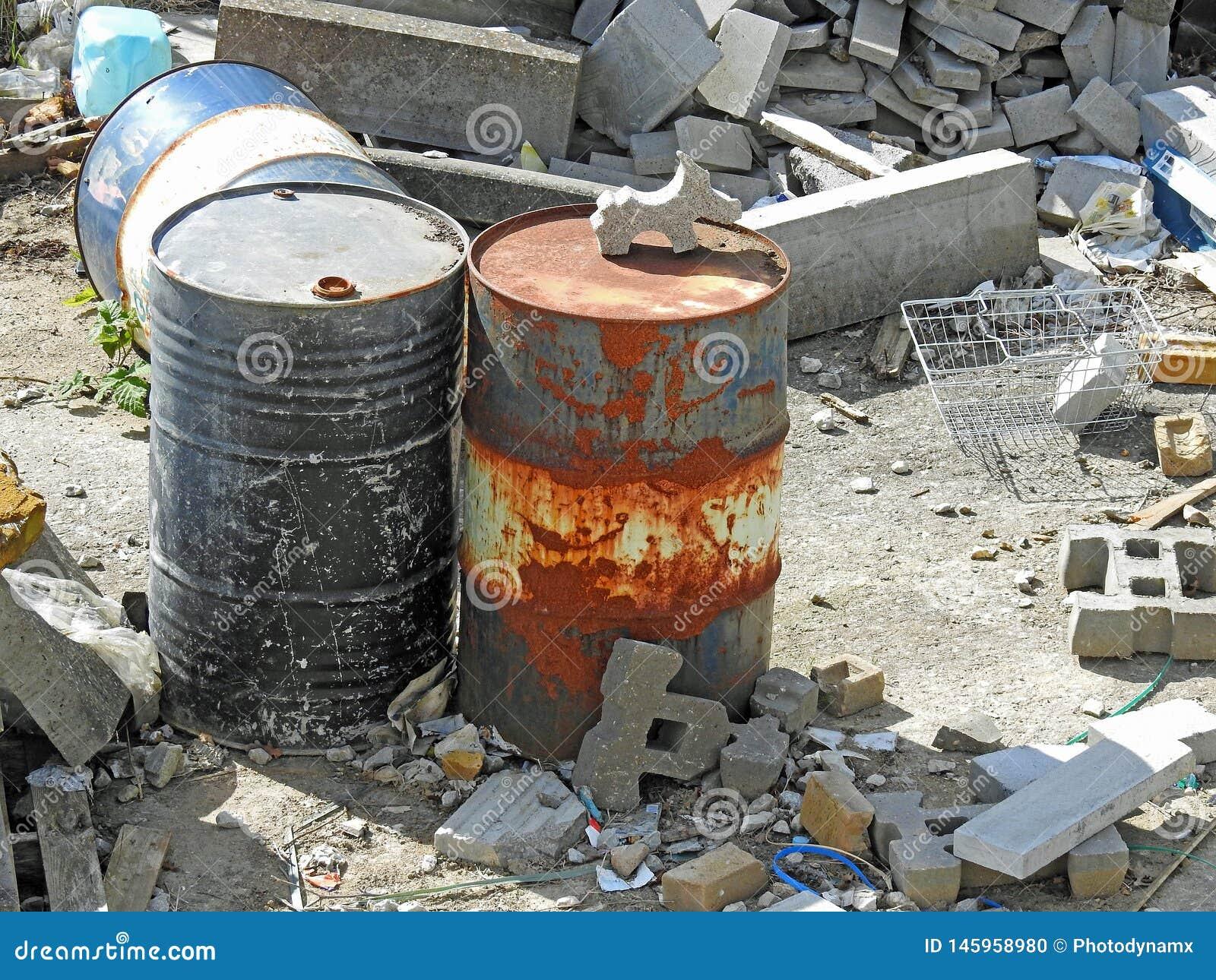 Szkoda dla środowiska naturalnego banialuk miejsca oleju awaryjne śmieciarskie puszki przechylają budynek