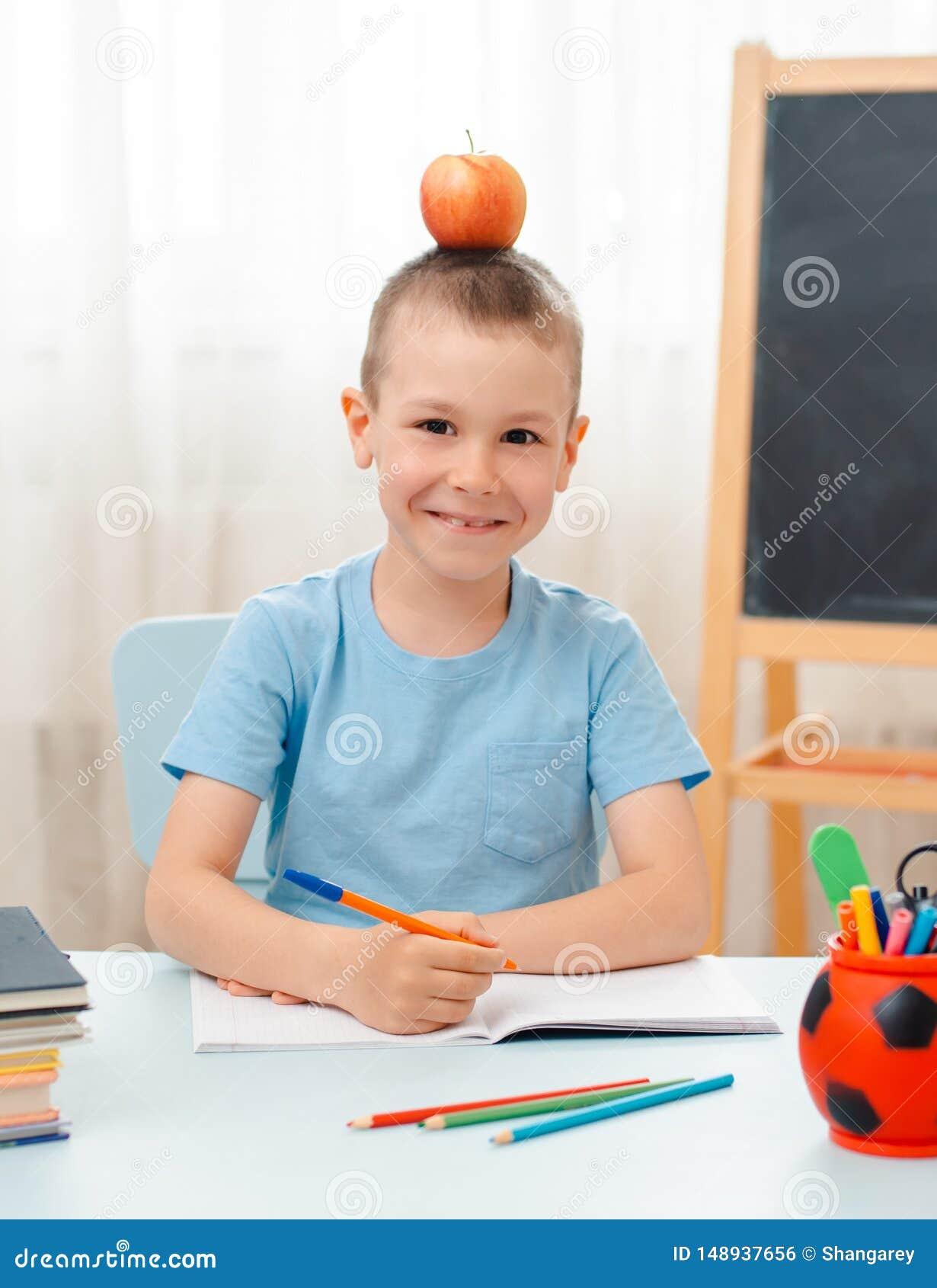 Szkolna chłopiec siedzi sali lekcyjnej łgarskiego biurko w domu wypełniał z książka stażowego materiału uczniem śpi gnuśnego zanu