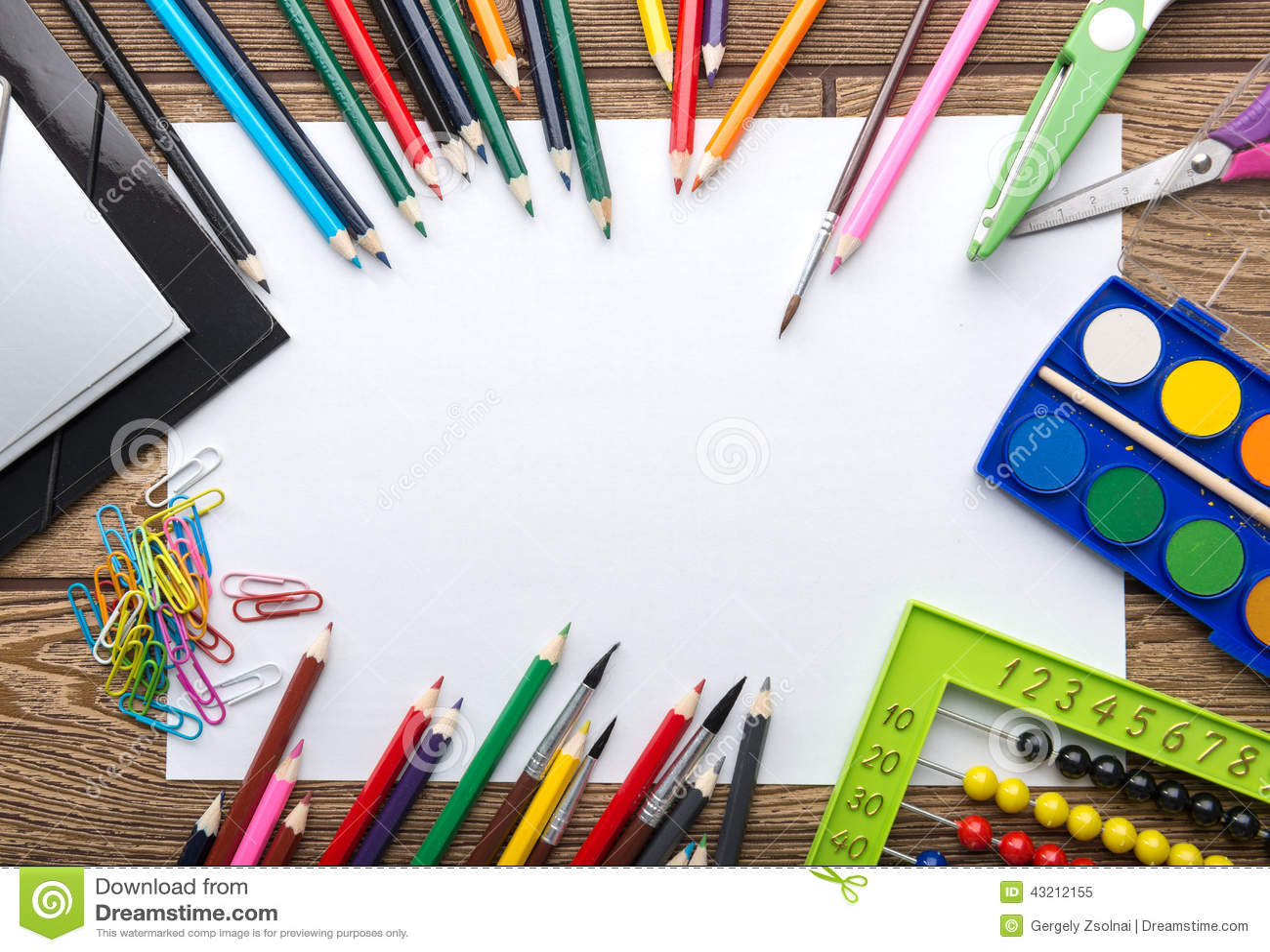 Szkolna materiały rama na drewnianym tle: papier, ołówek, muśnięcie, nożyce, falcówki, abakus,