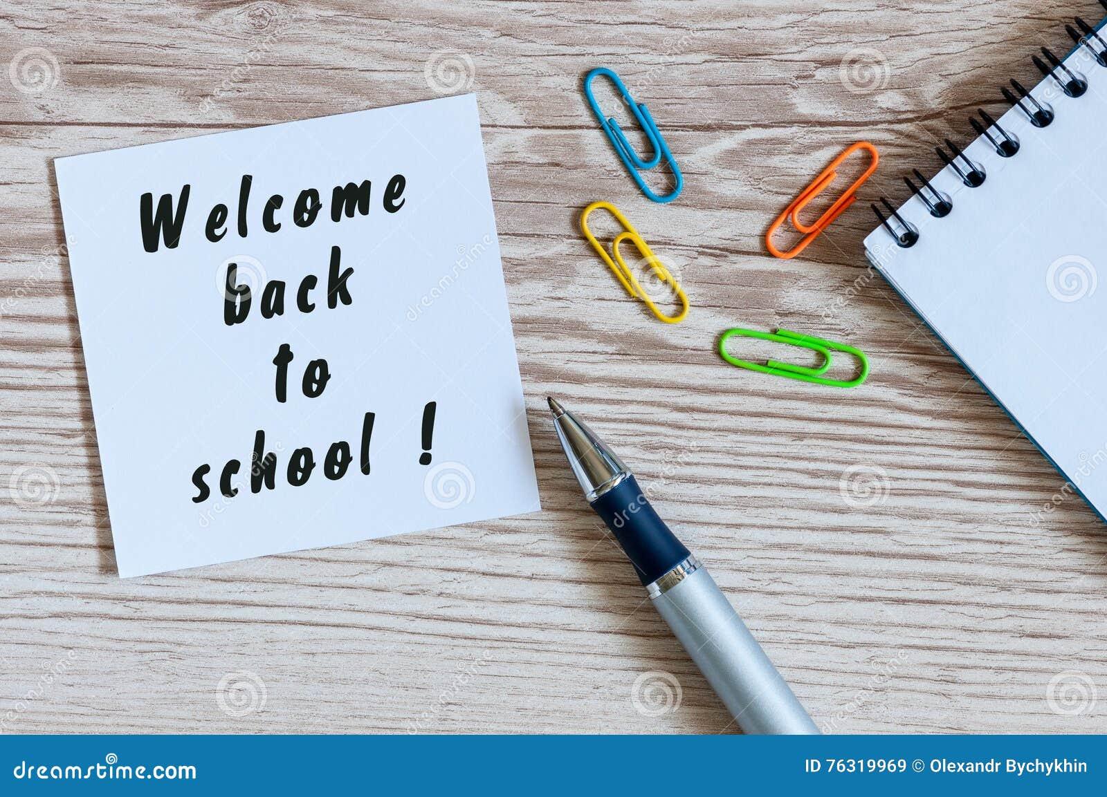 Szkolne dostawy na nauczyciela lub ucznia miejsca pracy tle witamy z powrotem pojęcie edukacyjny