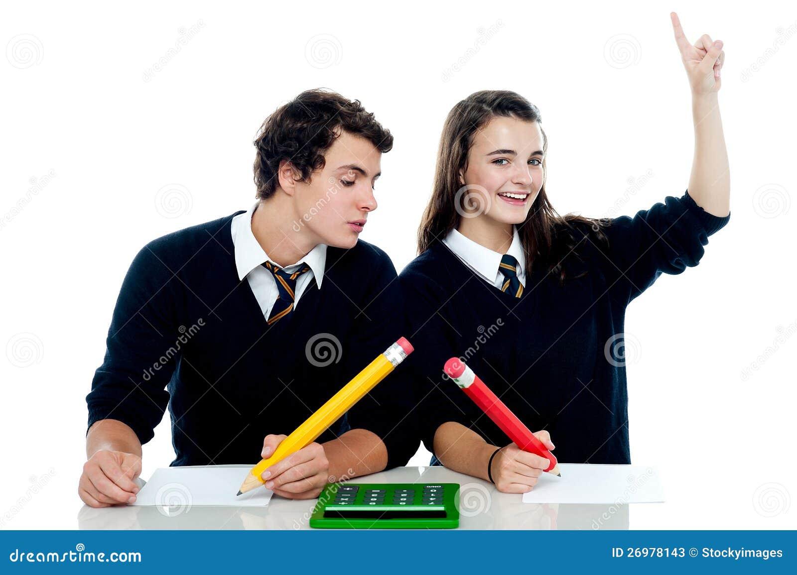 Szkolny chłopiec podglądanie w dziewczyn odpowiedzi prześcieradło ...