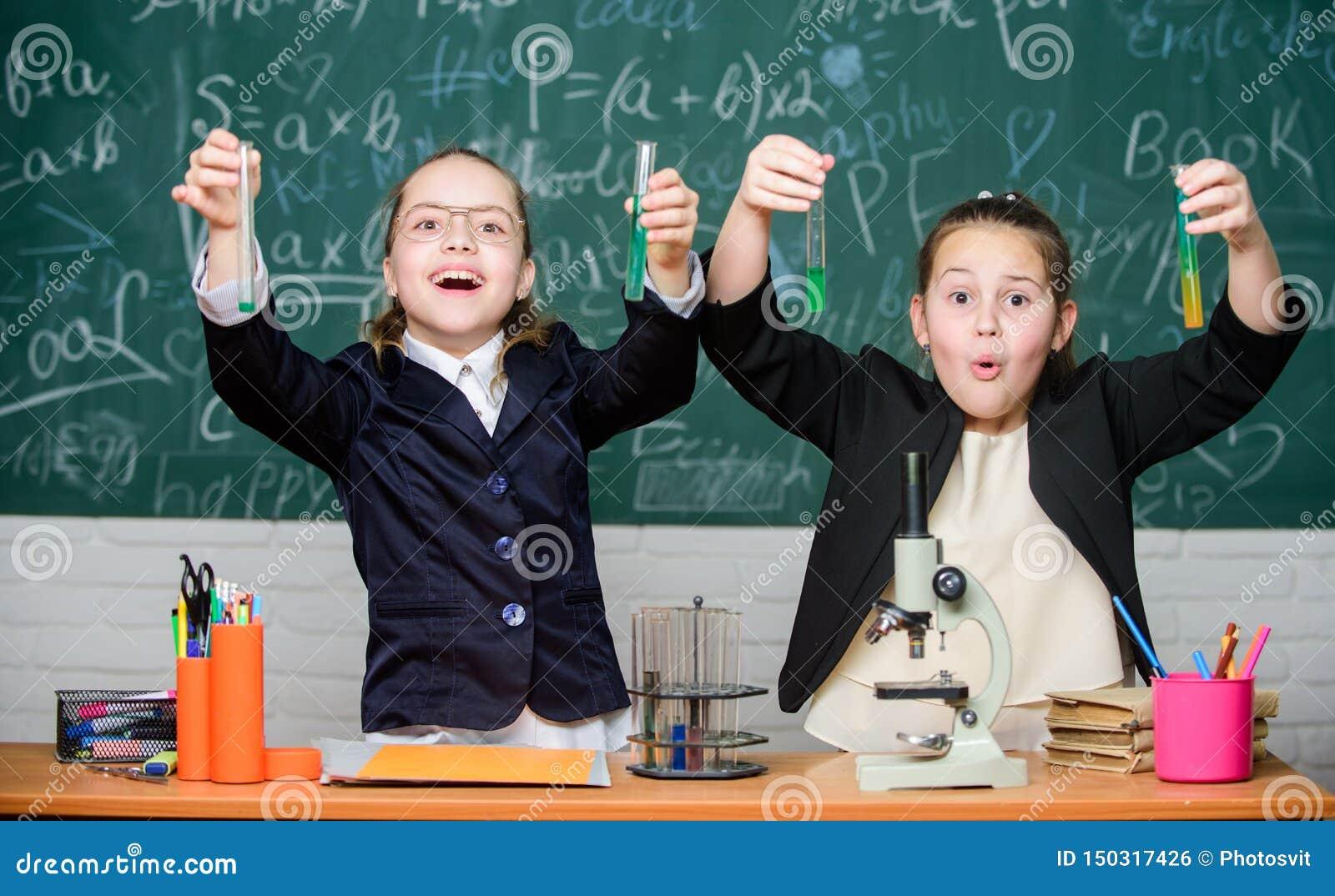 Szkolny eksperyment Dziewczyna mundurek szkolny z podnieceniem udowadniaj?cy ich hipotez? Szko?a dla obdarzonych dzieci Sala gimn