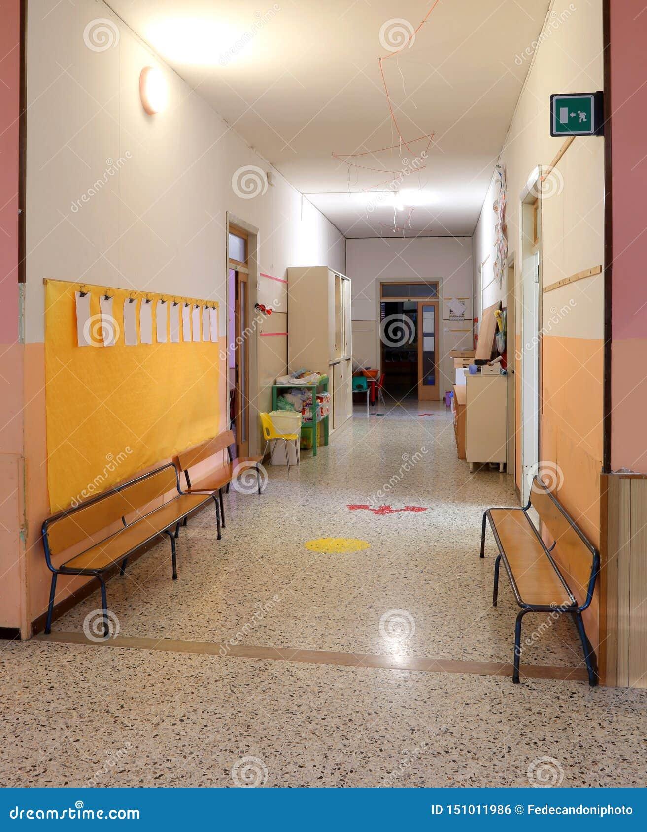 Szkolny korytarz bez dzieci