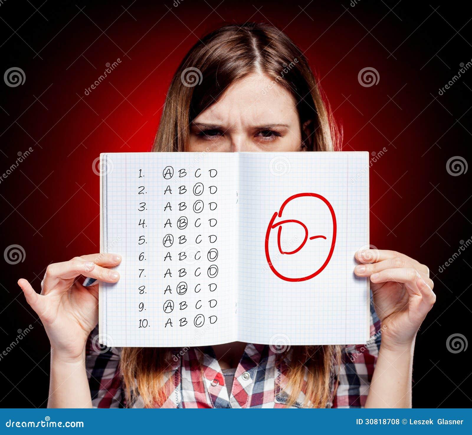 Szkolny stopień egzamin i rozczarowana dziewczyna