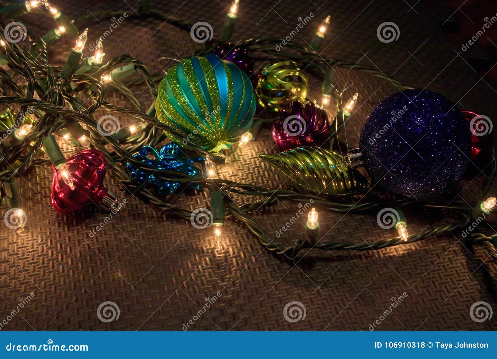 Sznurek światła i niektóre bożych narodzeń ornamenty na garaż podłoga