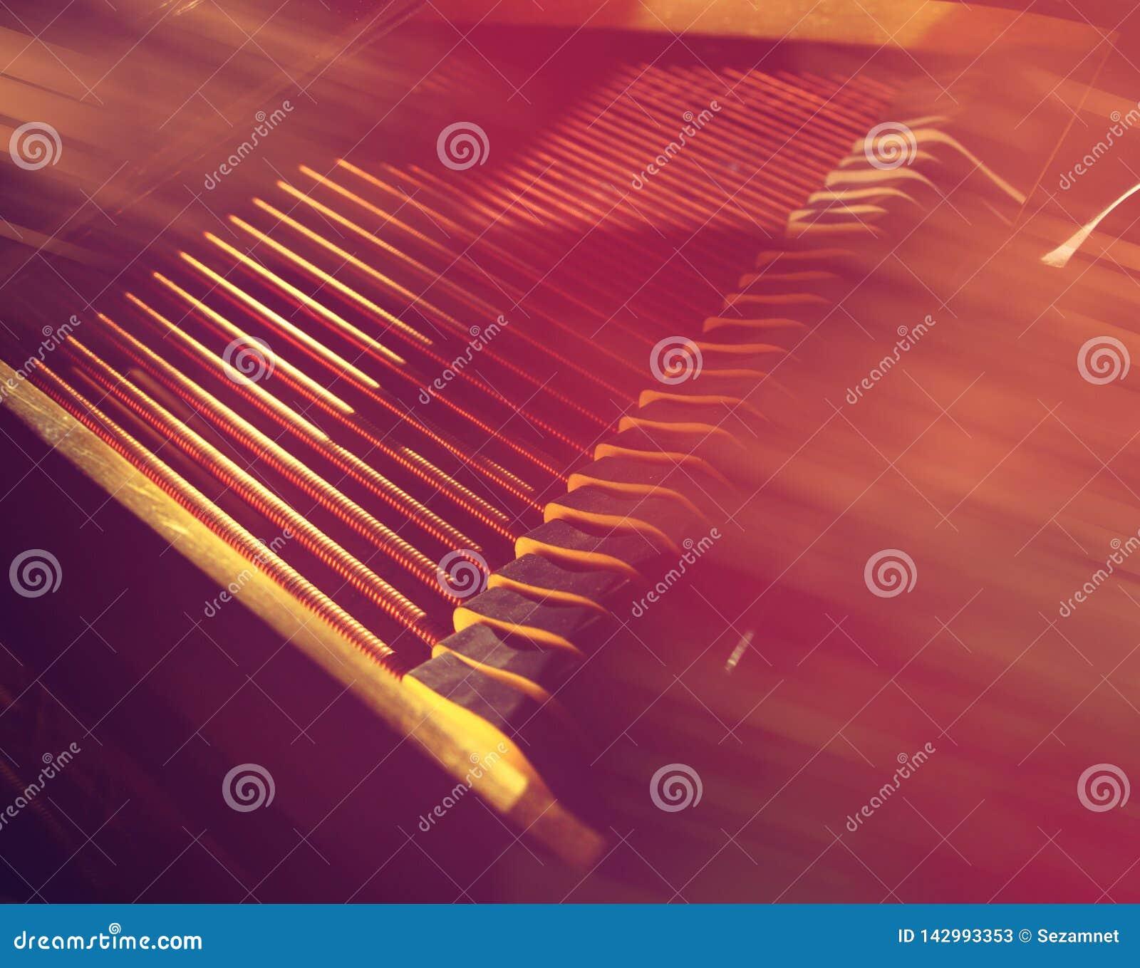Sznurki i młoty pianino Wiosny melodia