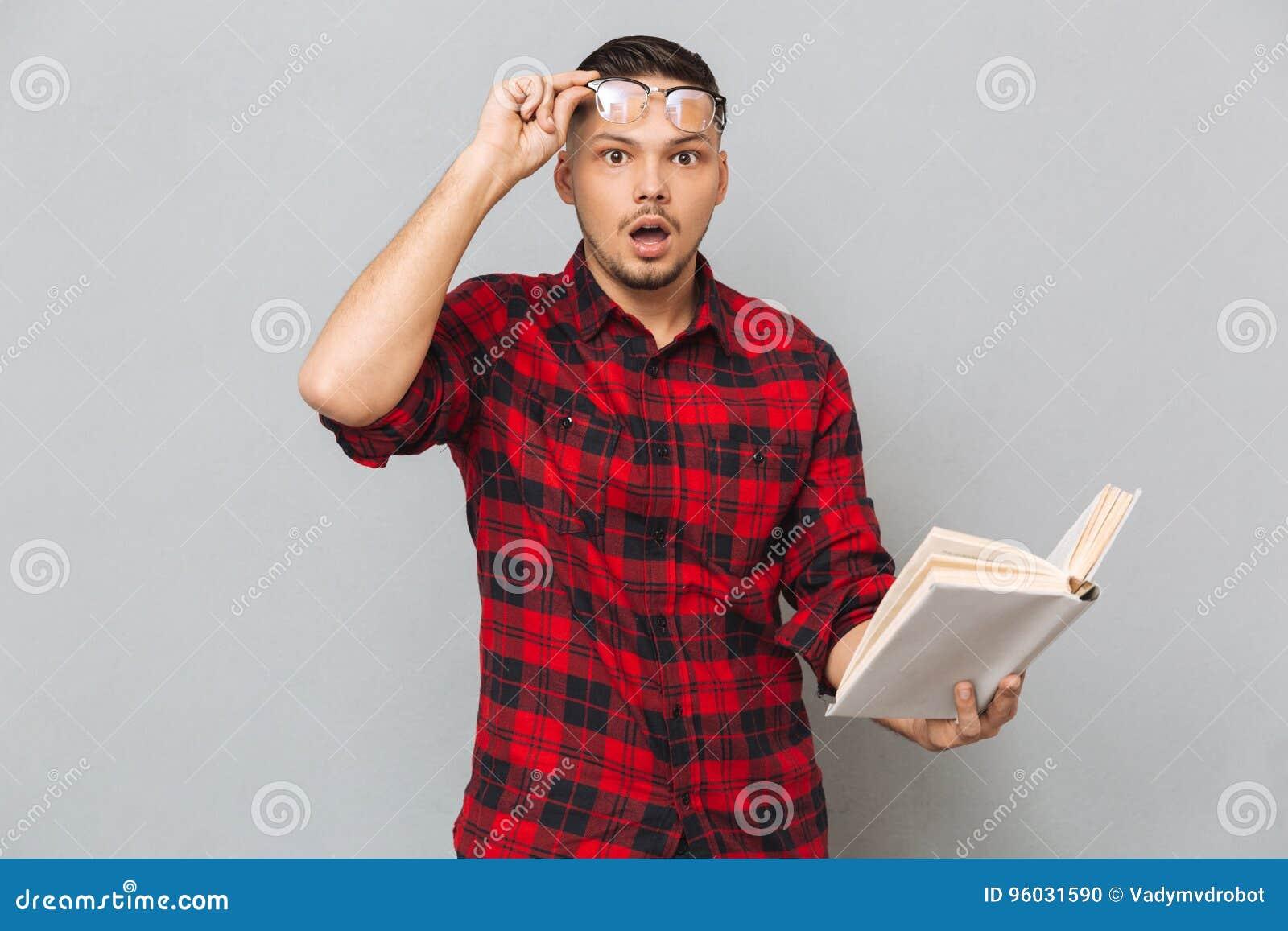 Szokująca mężczyzna mienia książka