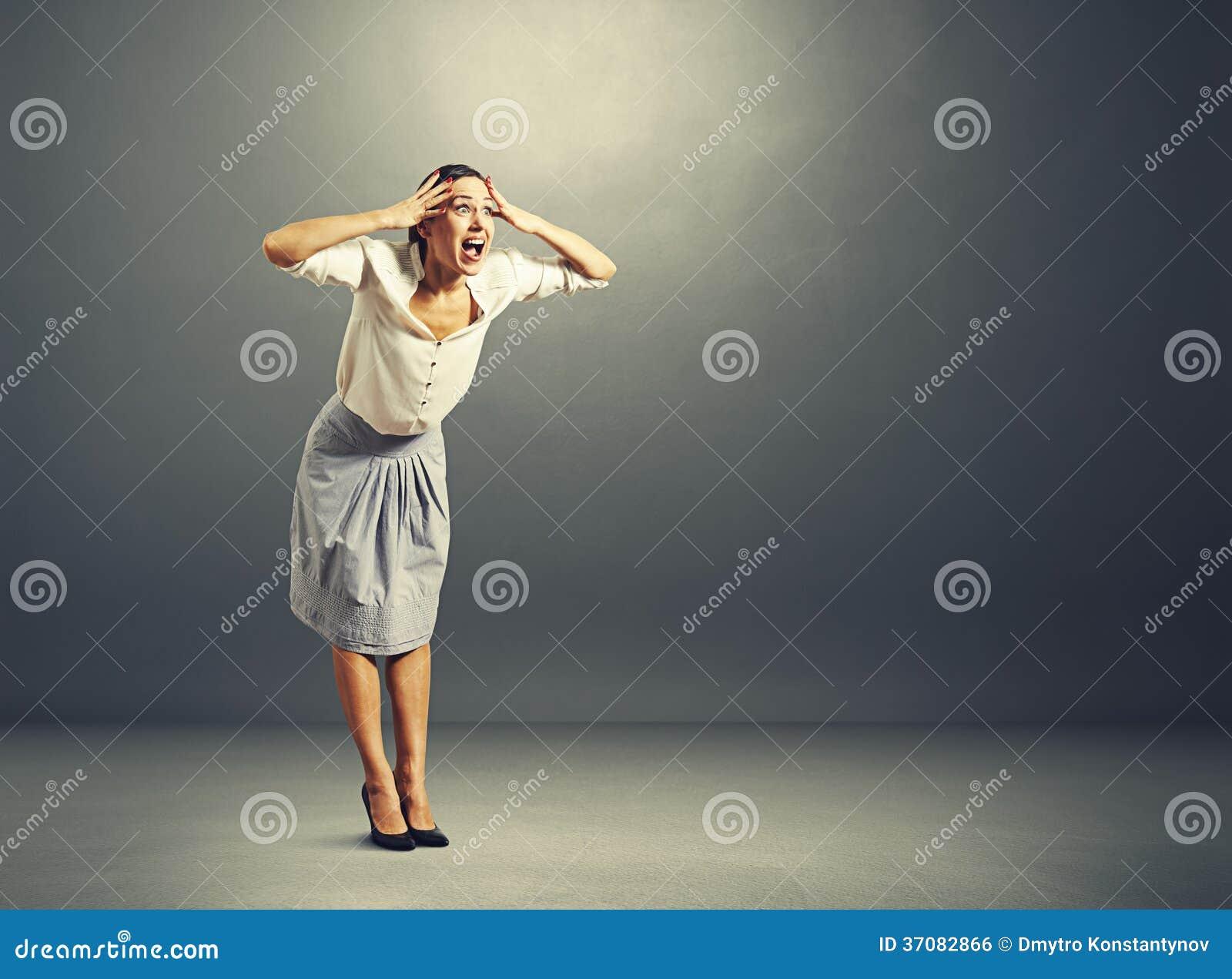 Download Szokująca Młoda Kobieta Nad Zmrokiem Zdjęcie Stock - Obraz złożonej z sekretarka, emocjonalny: 37082866