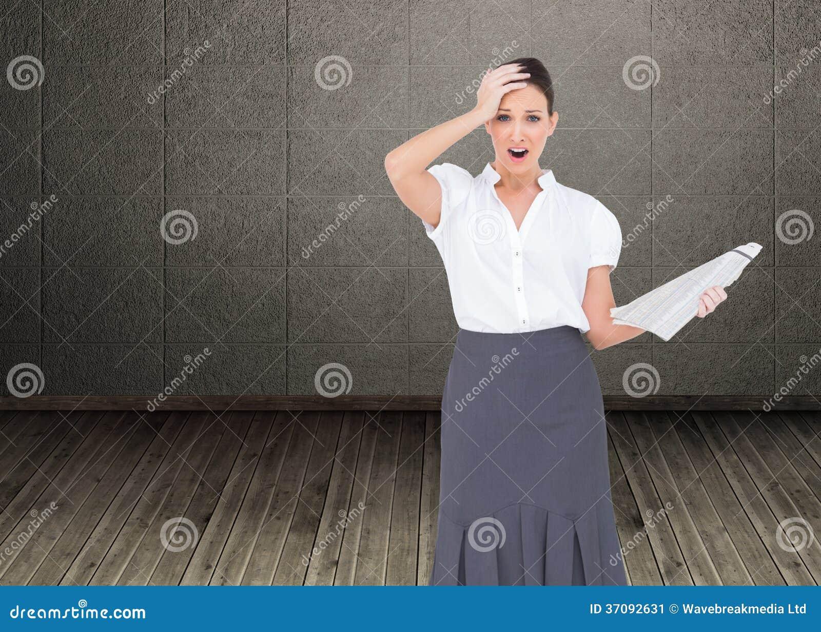 Download Szokująca Z Klasą Bizneswomanu Mienia Gazeta Obraz Stock - Obraz złożonej z profesjonalizm, ubierający: 37092631