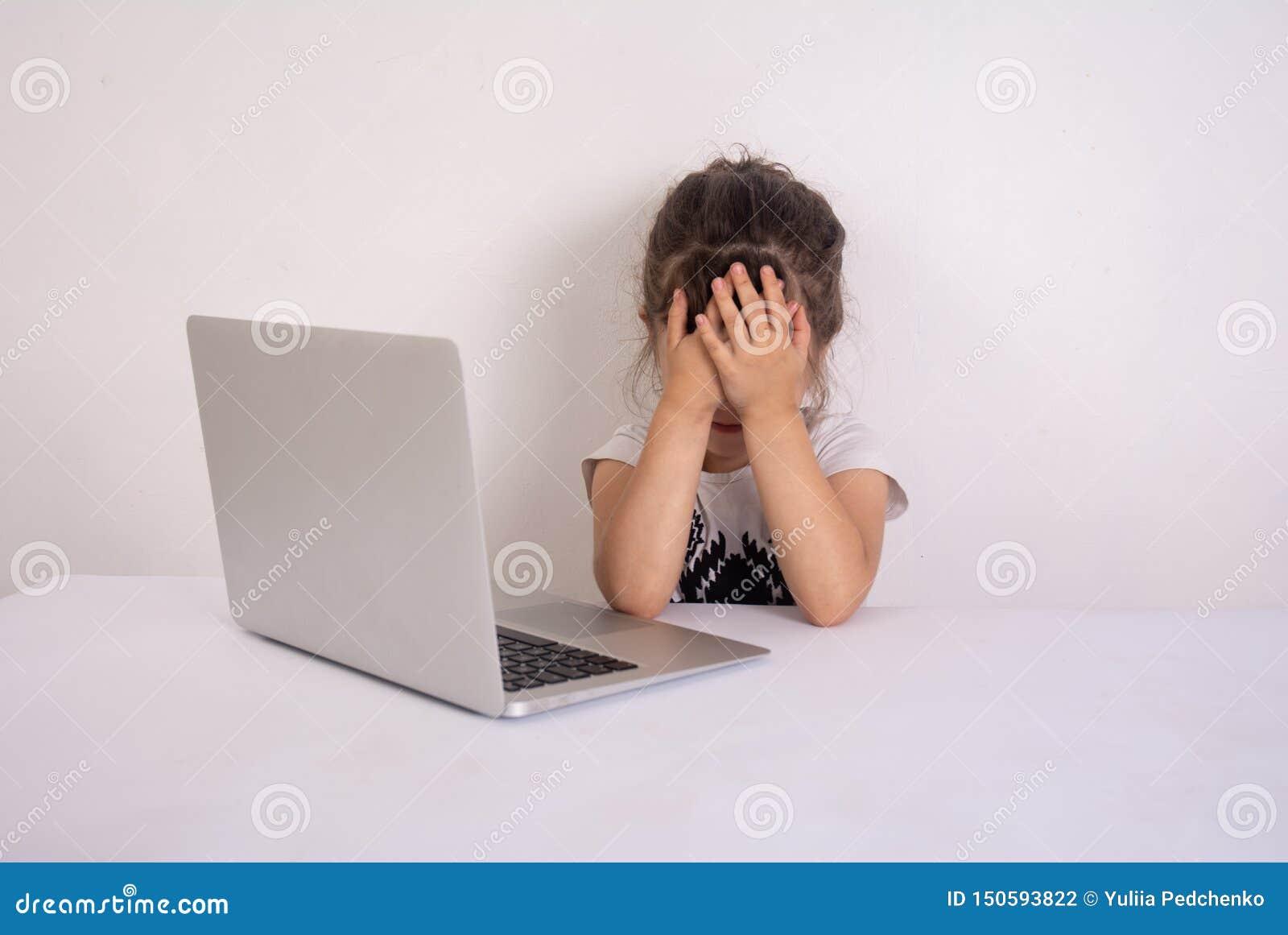 Szokuj?ca zawarto?? Preschool dziewczyna surfingu internet z szokującą twarzą Dziewczyna oszałamiający wyrażenie i dotyka jej gło