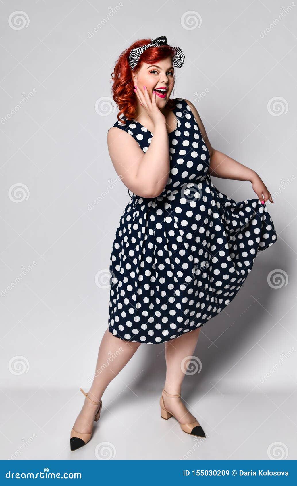 Szpilka w g?r? ?e?skiego portreta Pi?kna retro gruba kobieta w polki kropki sukni z czerwonymi wargami, manicure gwo?dzie i w sta