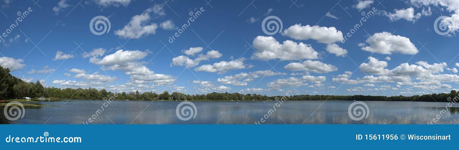Sztandar chmurnieje jeziornej panoramy panoramiczną nieba wodę