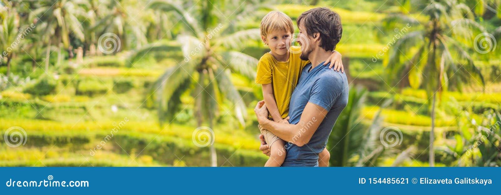SZTANDAR, DŁUGI formata tata i synów podróżnicy na Pięknym Rice, Tarasujemy przeciw tłu sławni volcanoes w Bali