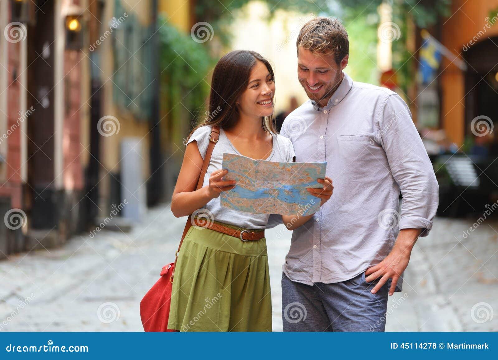 Sztokholm turyści dobierają się patrzeć mapę